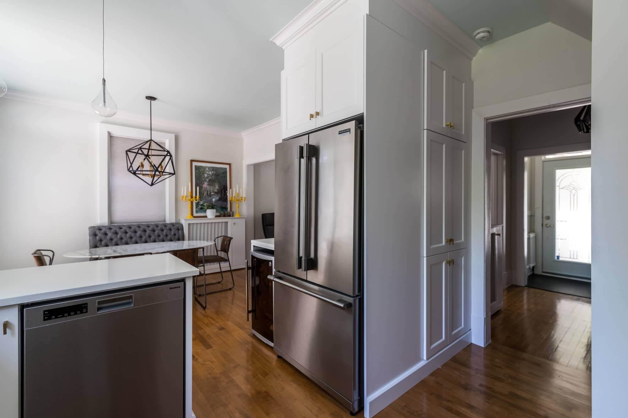 Armoire sur mesure blanche avec réfrigérateur et lave-vaisselle en stainless