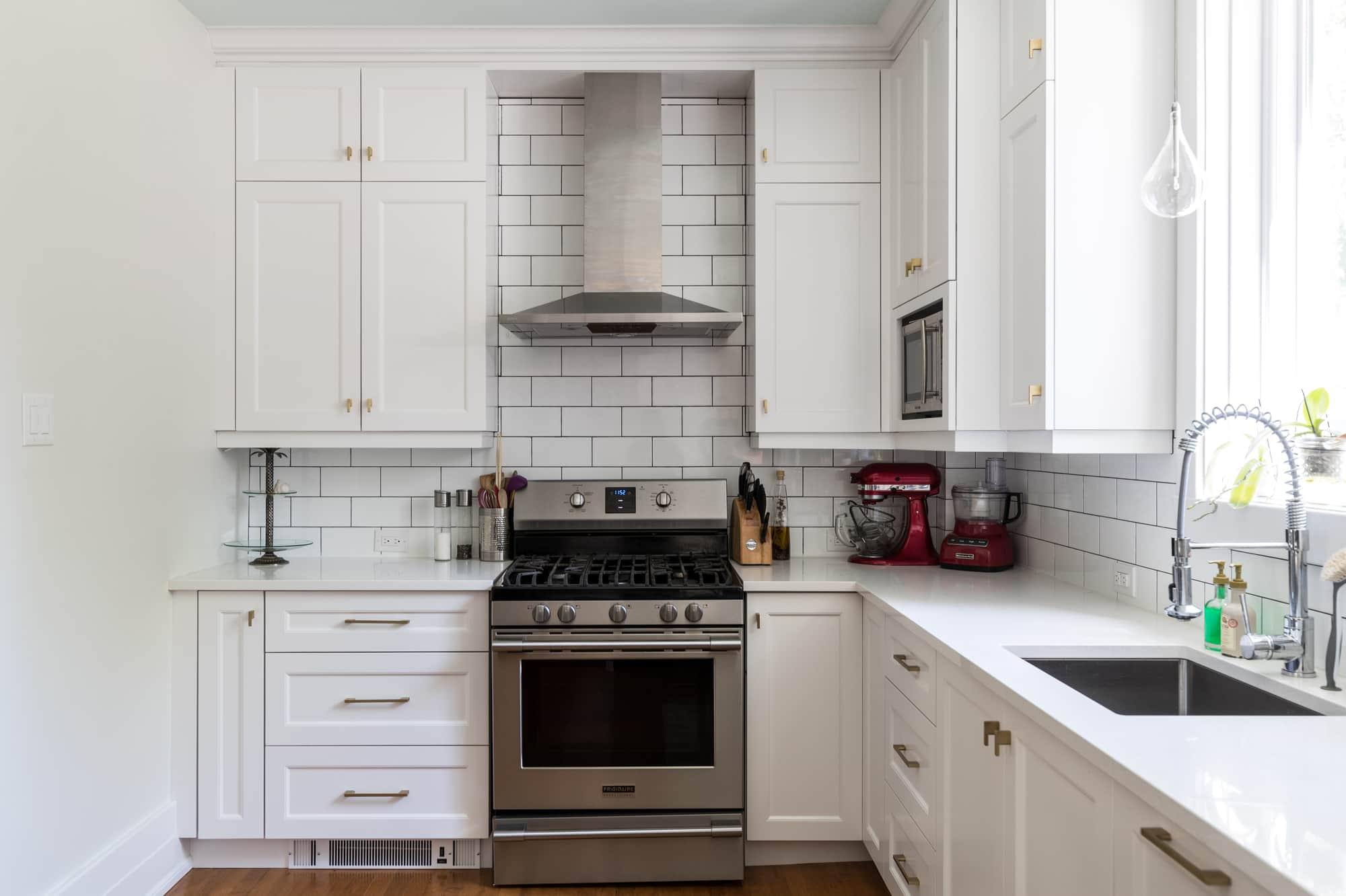 Cuisine sur mesure avec armoires blanches en polyester et comptoir en quartz
