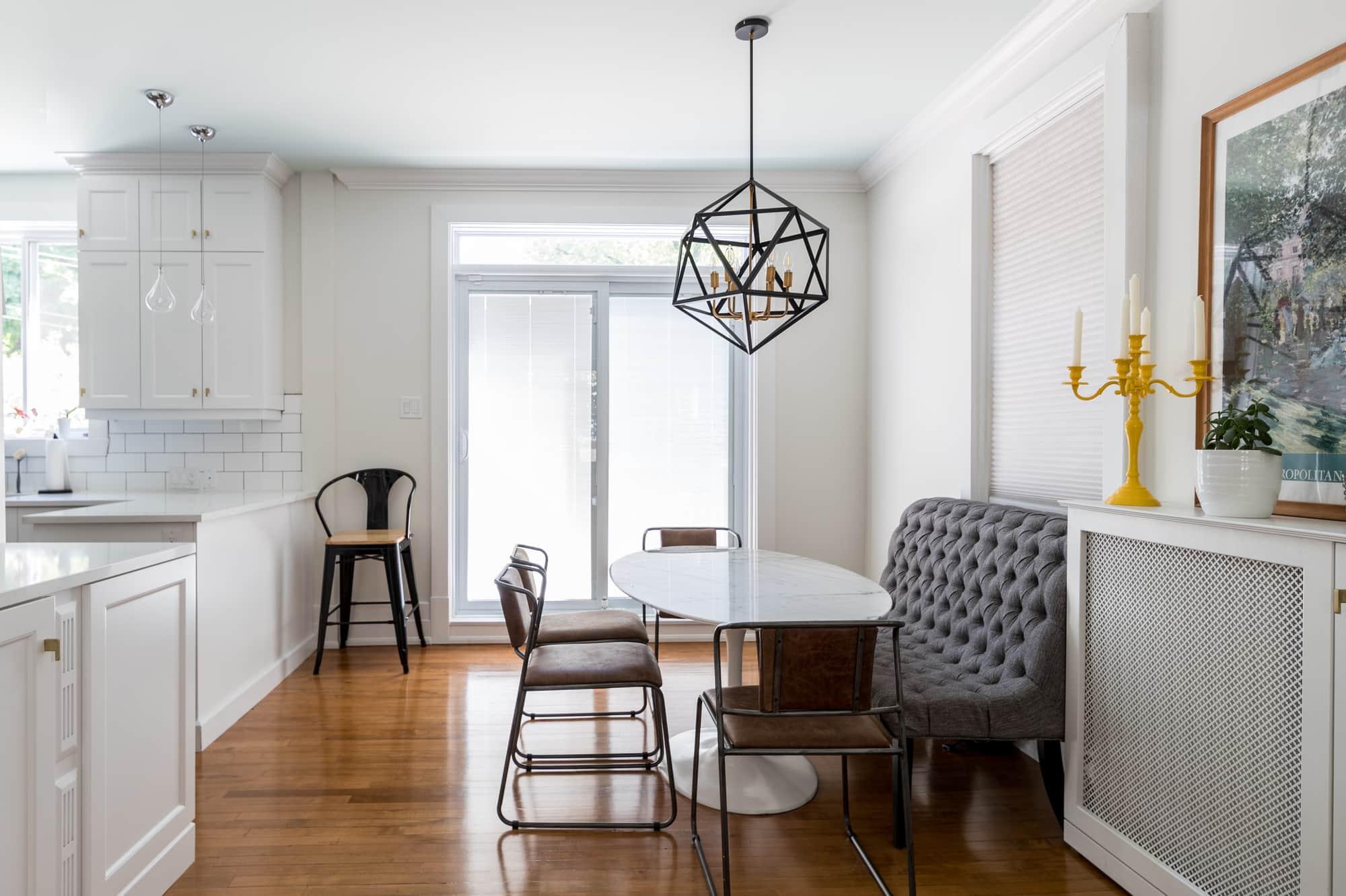 Salle à manger avec meubles sur mesure adjacente à une cuisine blanche rénovée