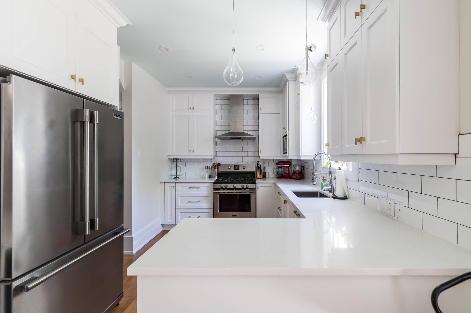 Rénovation de cuisine contemporaine blanche avec réfrigérateur en stainless
