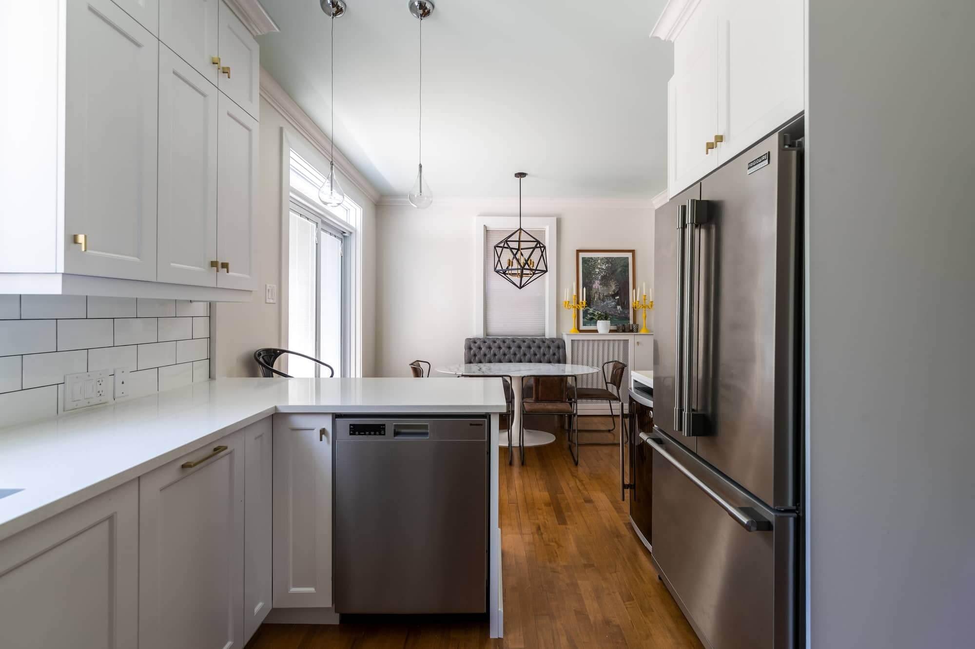 Rénovation de cuisine blanche avec vue sur salle à manger