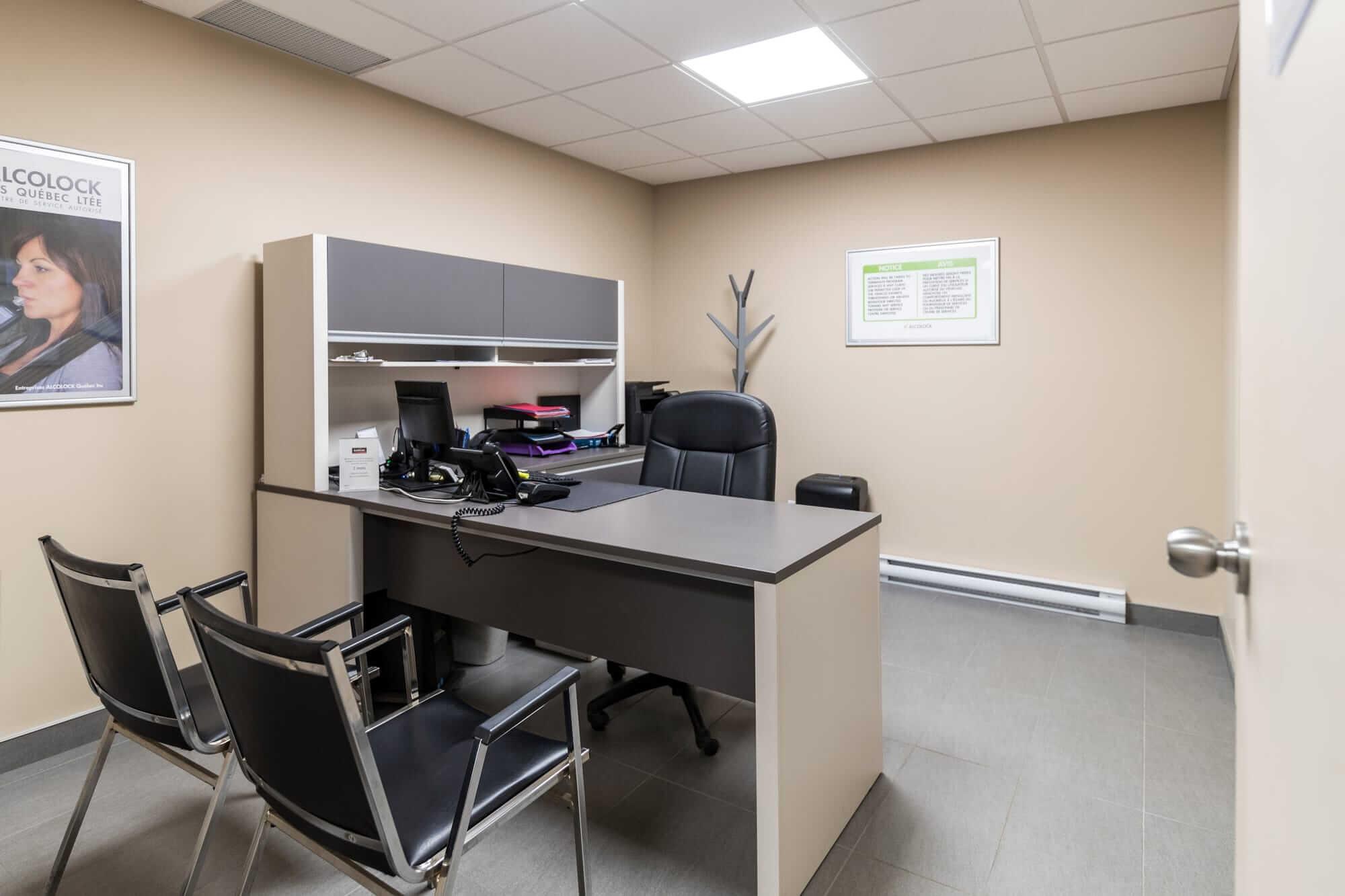 aménagement commercial - vue d'un bureau avec chaises noires