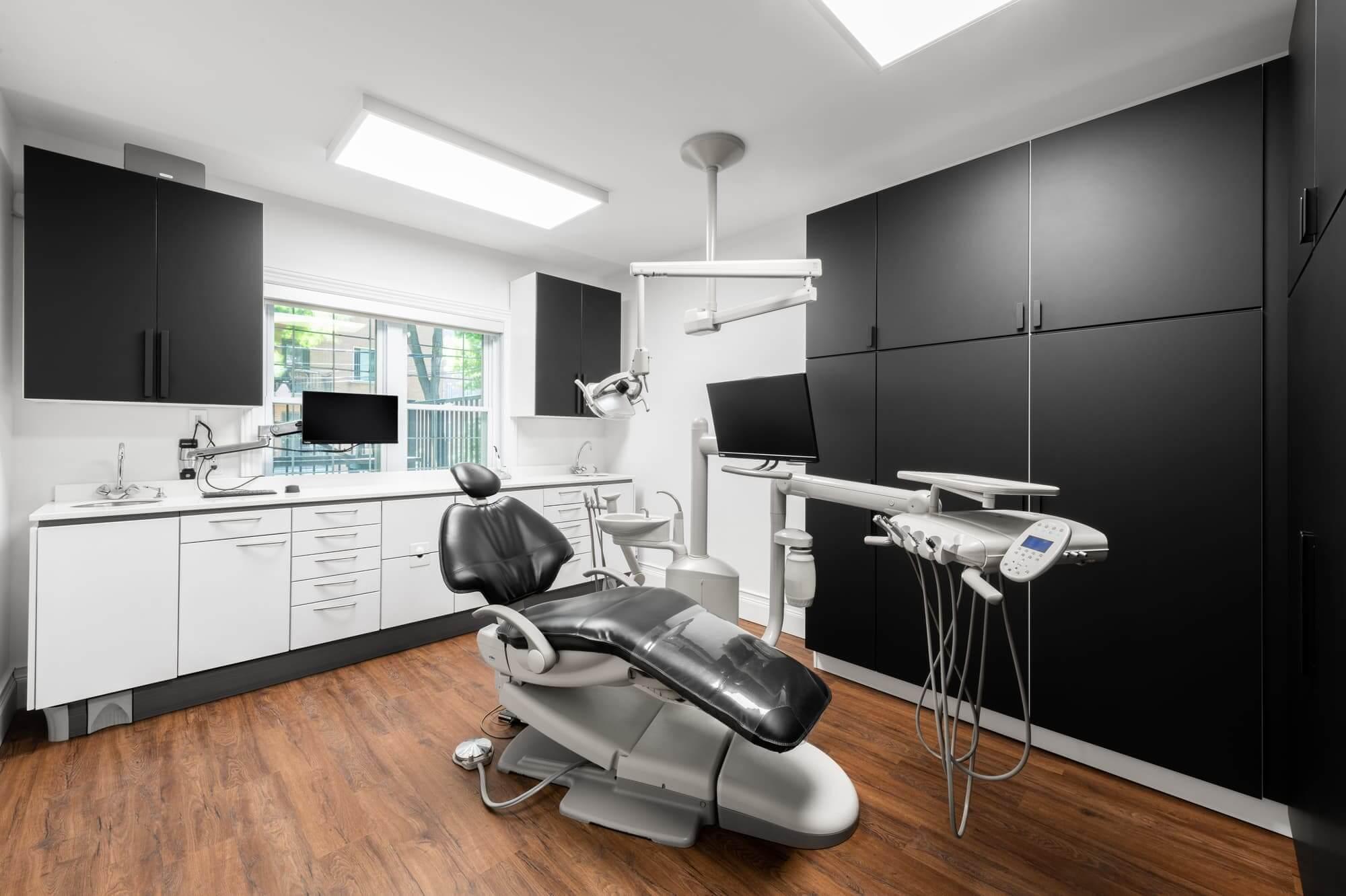 Salle de traitement dans un cabinet dentaire nouvellement aménagé