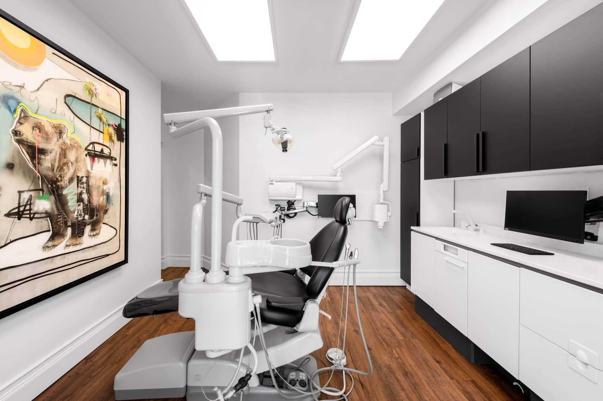 Cabinet dentaire design (salle de traitement avec oeuvre d'art) - Rénovation commerciale