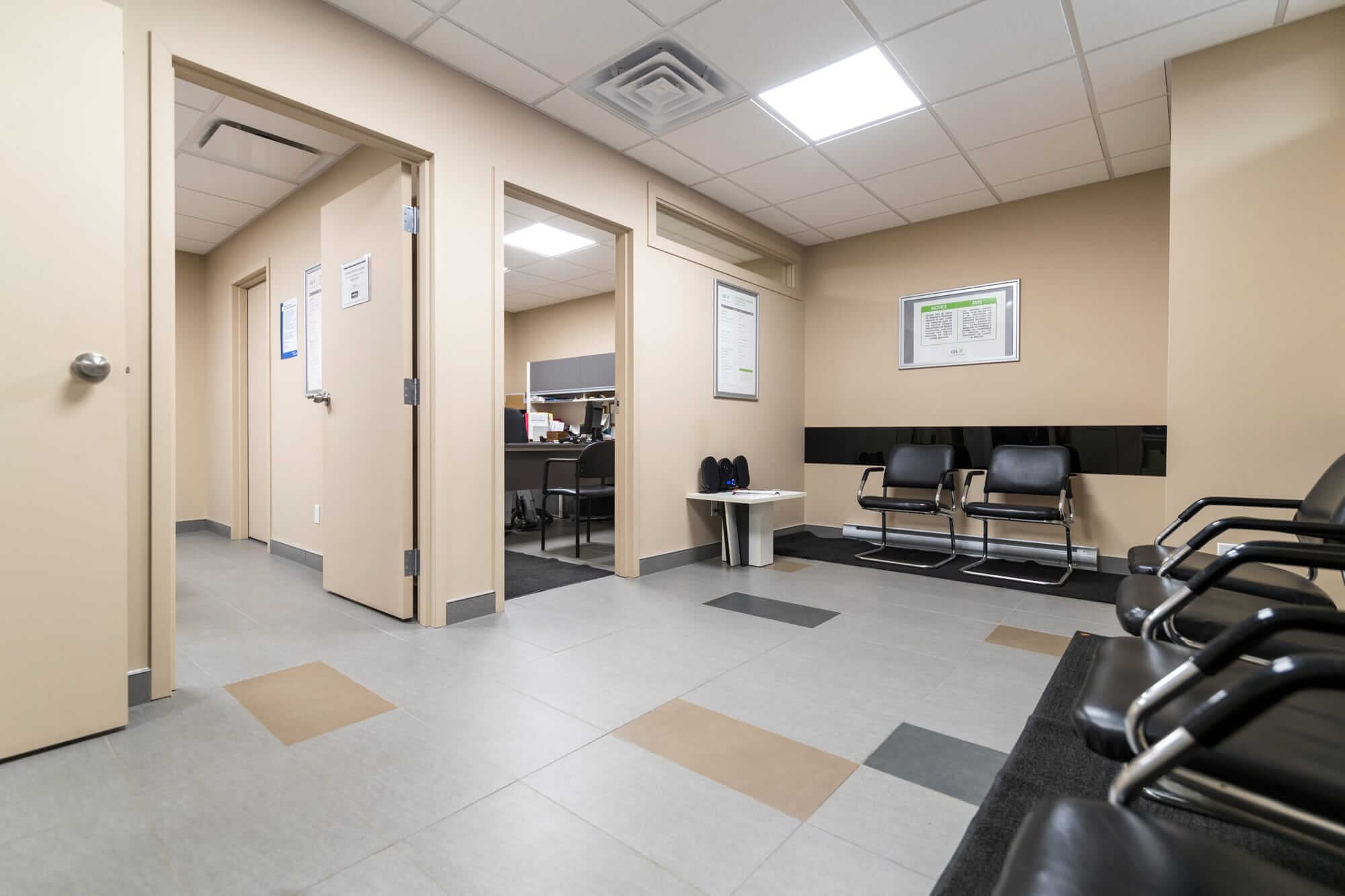 rénovation commerciale - vue sur salle d'attente avec chaises noires et murs beiges