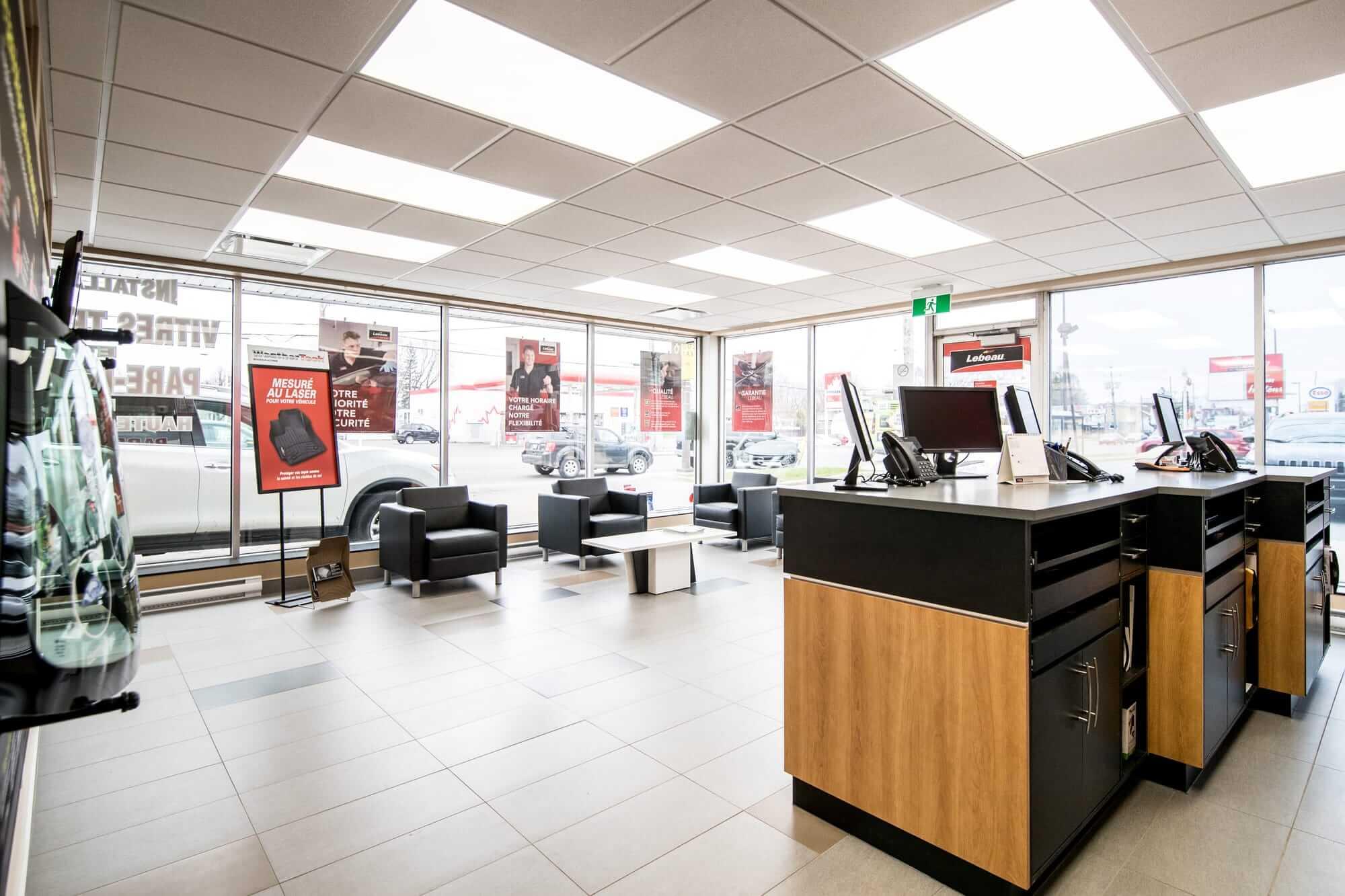 rénovation d'un commerce - vue sur comptoir d'accueil et showroom