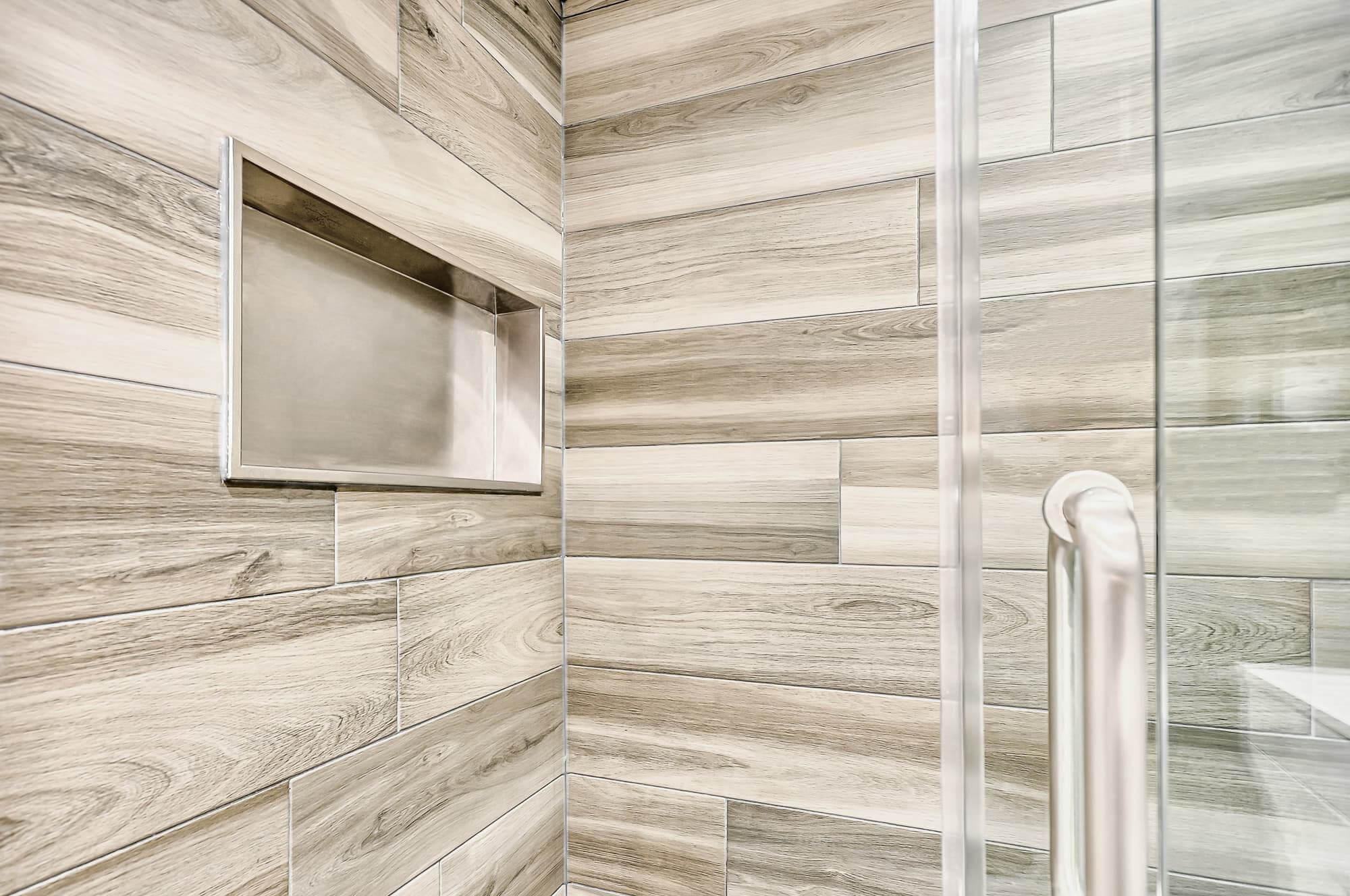 alcove dans une douche en céramique avec porte en verre