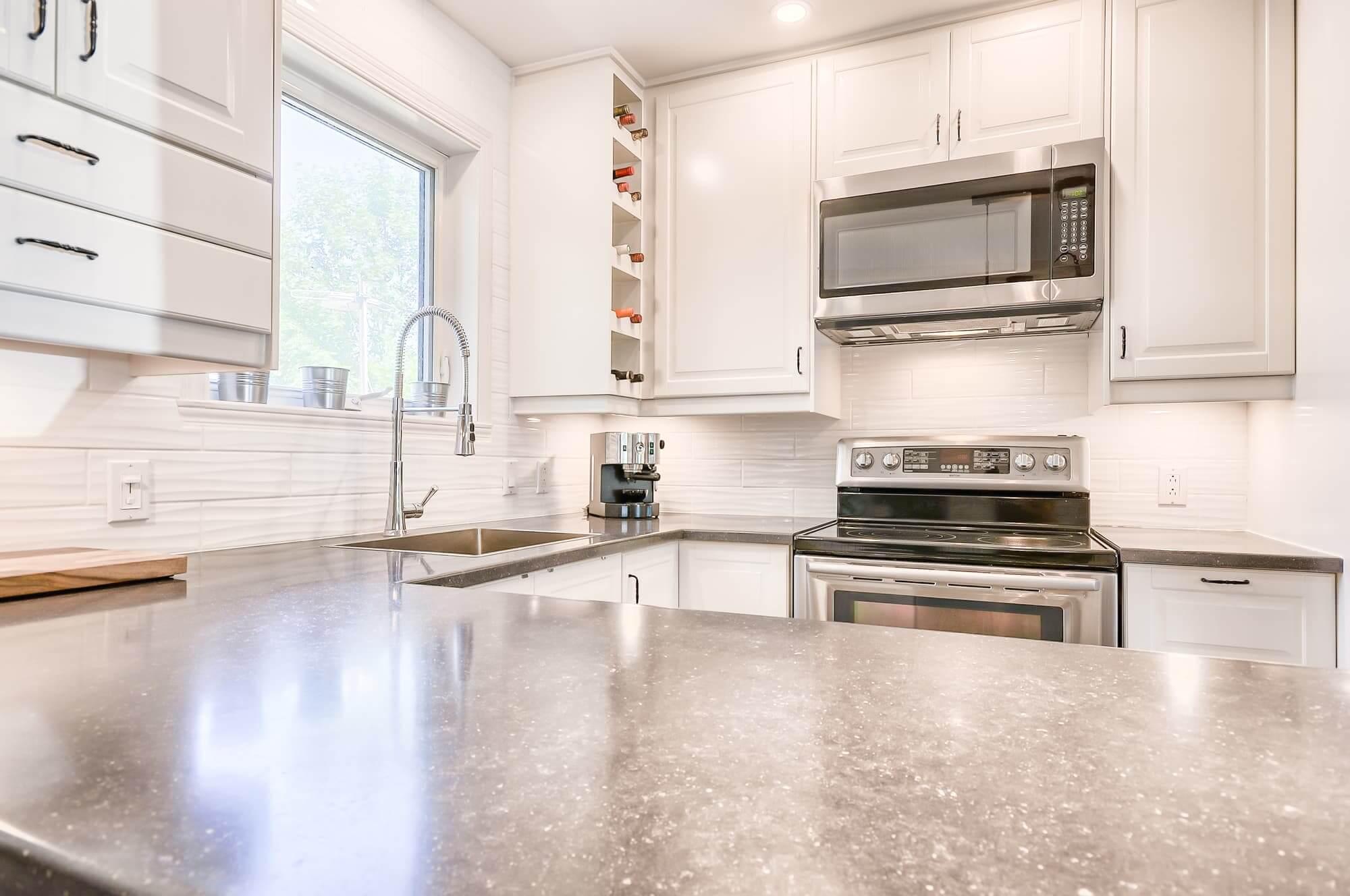 cuisine design blanche avec comptoirs gris