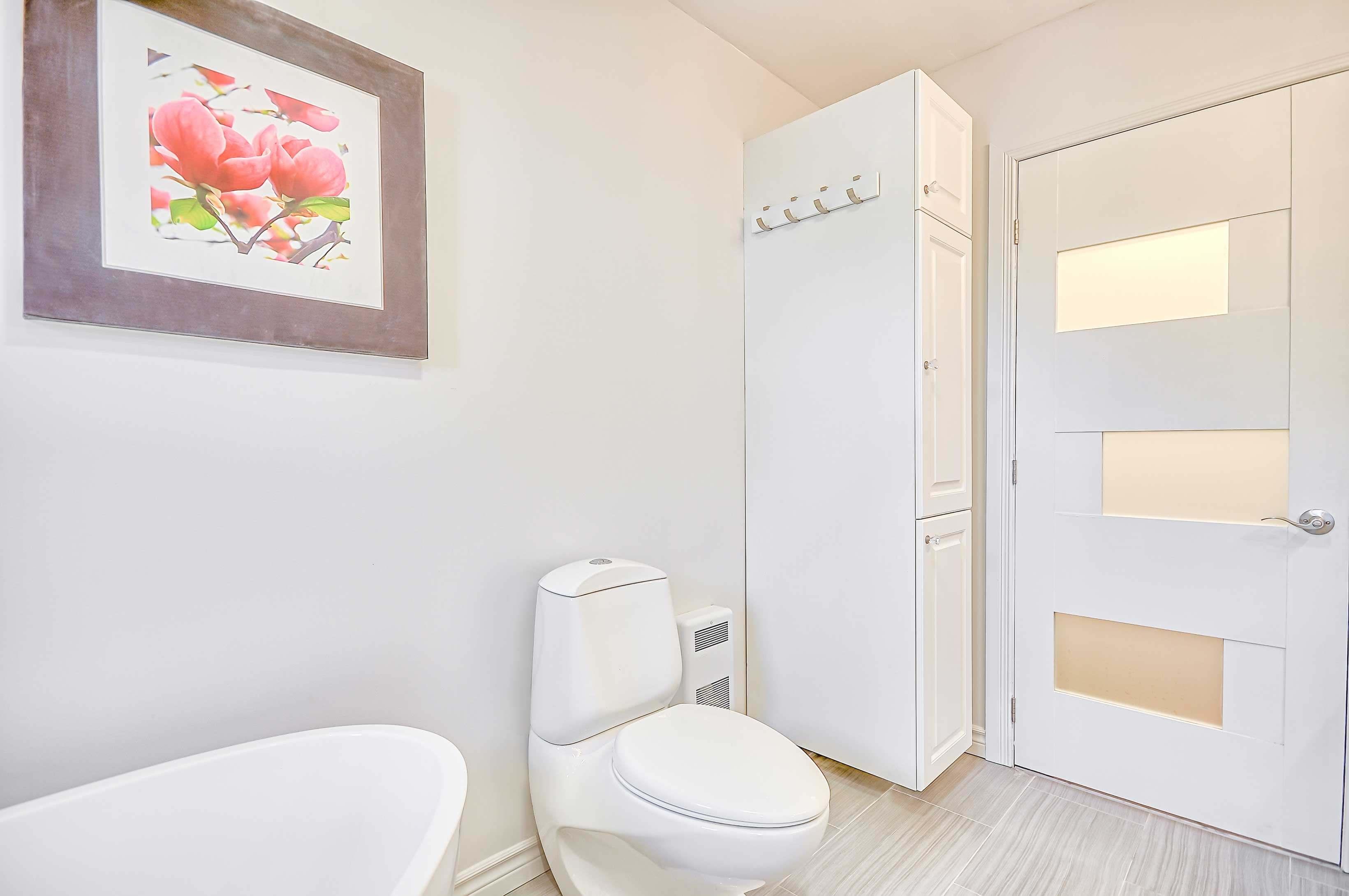 rénovation de salle de bain classique avec porte vitrée blanche