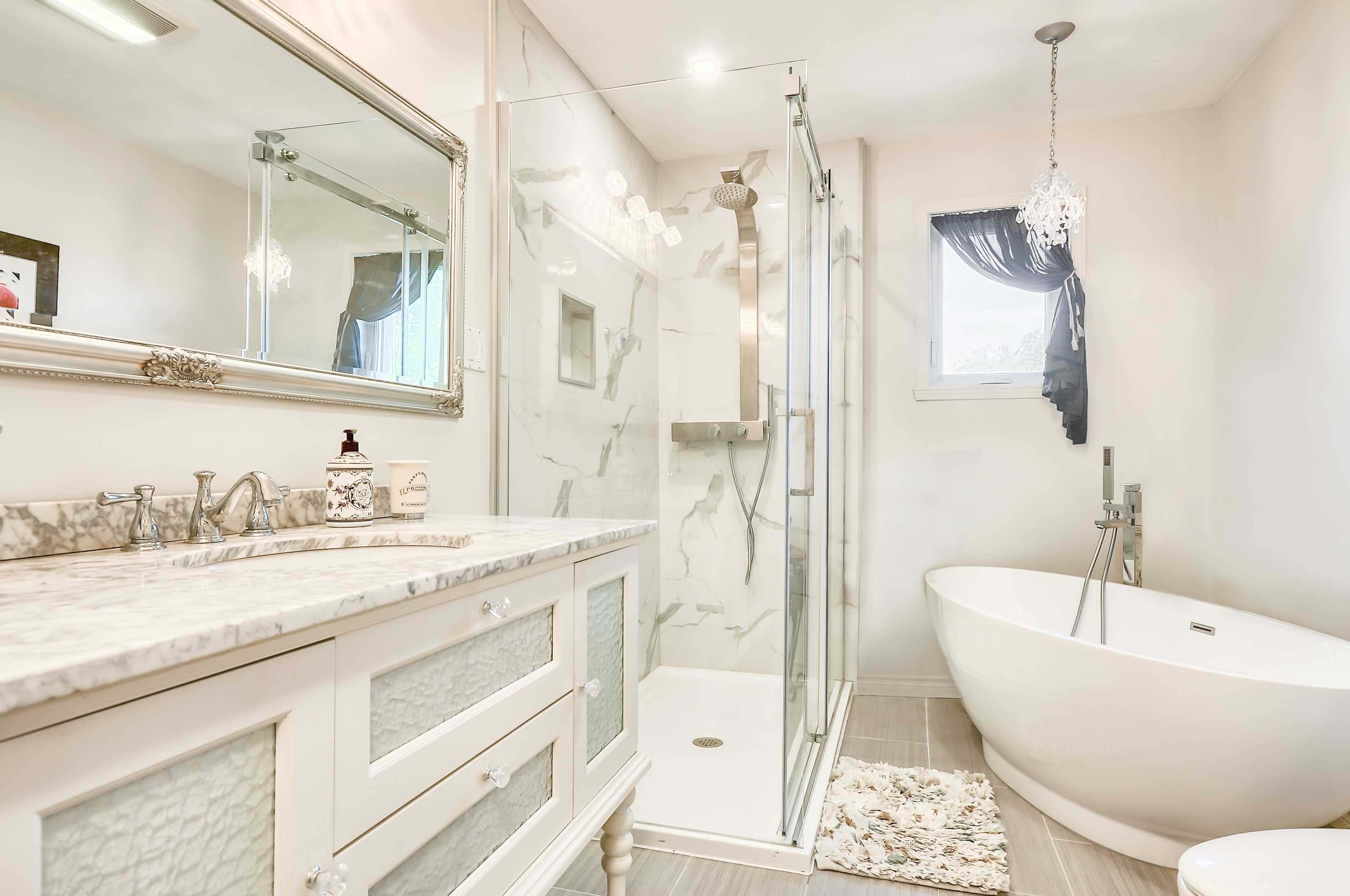 rénovation salle de bain au style classique avec bain autoportant, douche vitrée et vanité classique
