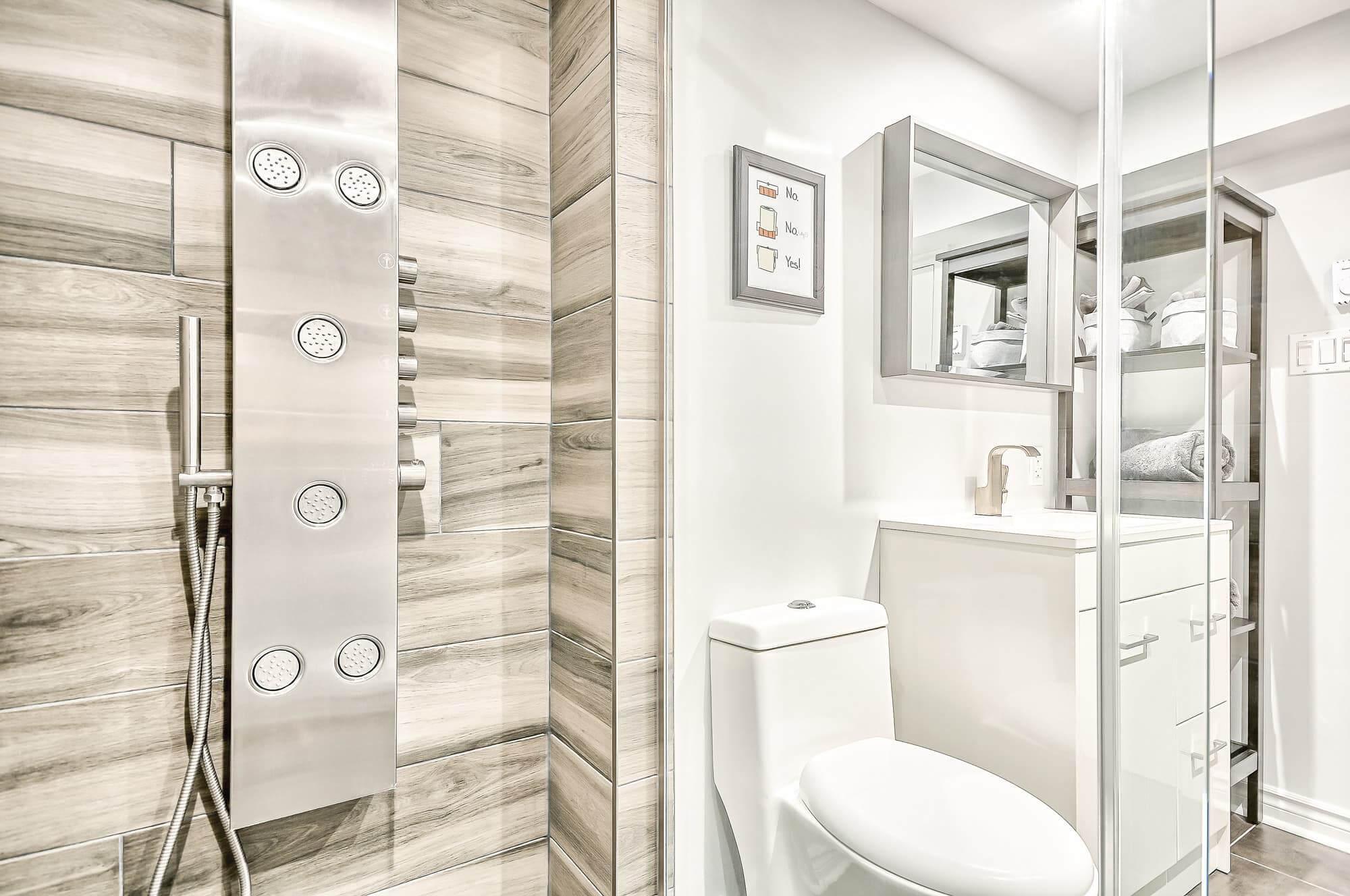 salle de bain moderne au sous-sol