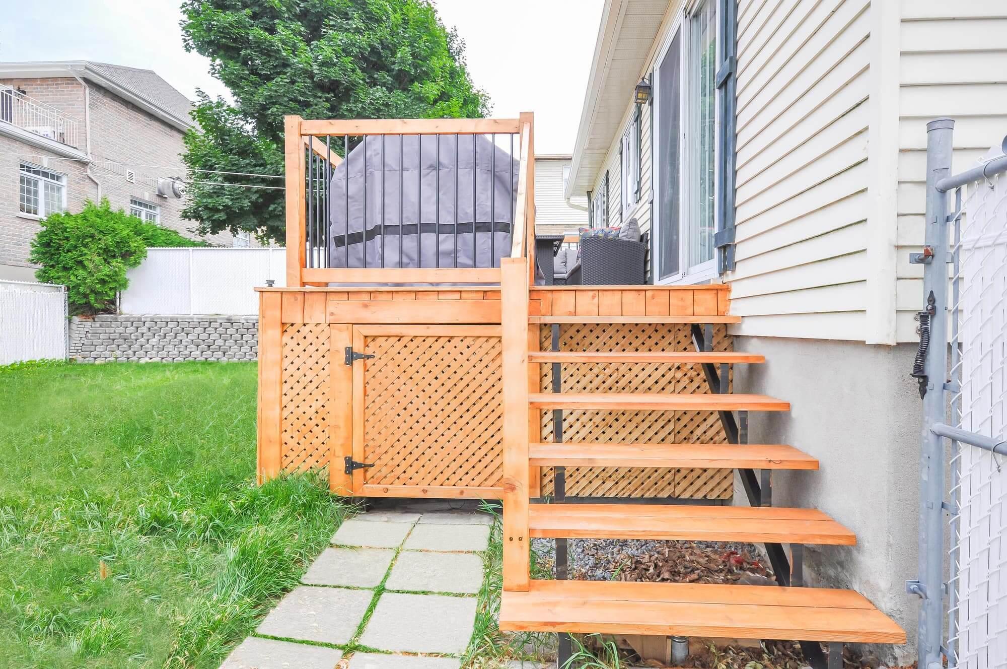 Construction de patio en bois traité - vue sur les marches