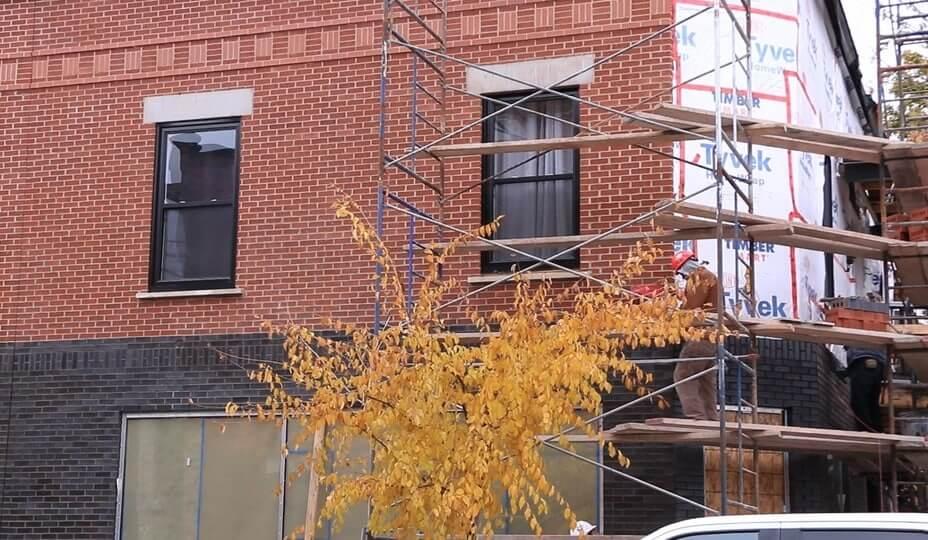 rénovation de maçonnerie - mur de brique refait à neuf avec échafaud