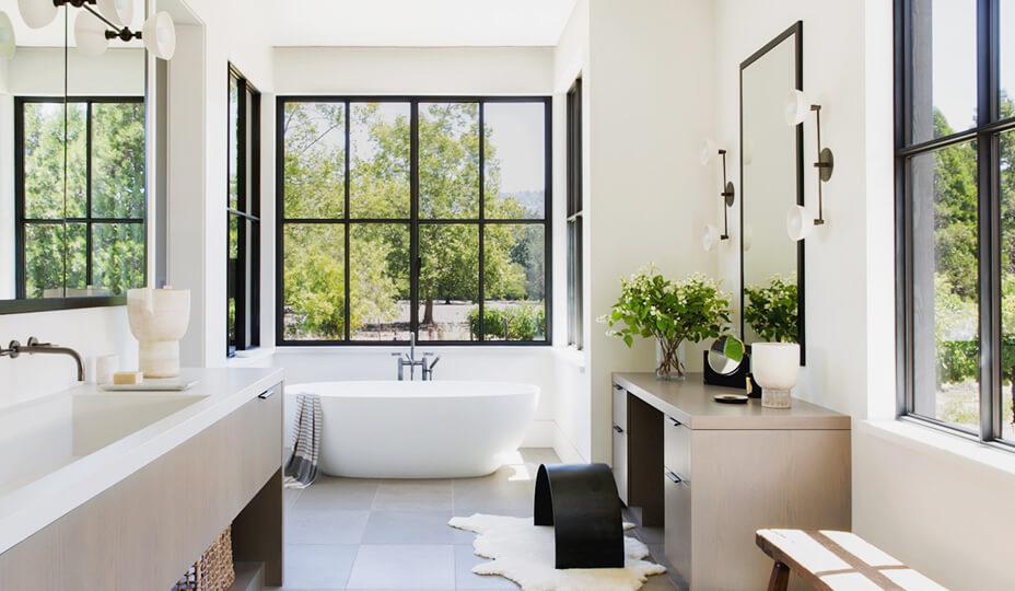 Une Salle De Bain Design Avec Grandes Fenêtres