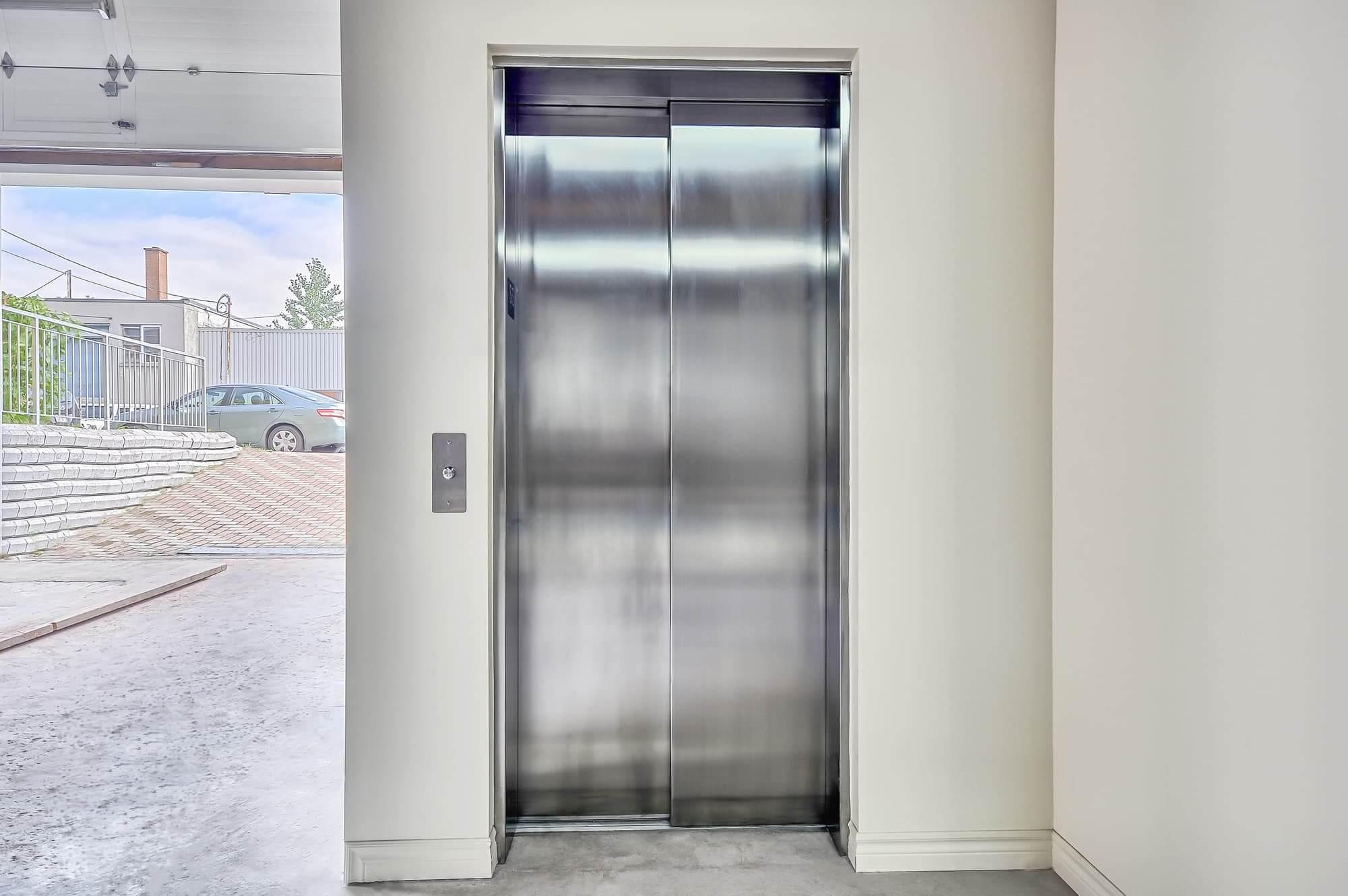 Ascenseur avec porte en stainless fermée au sous-sol d'un bâtiment