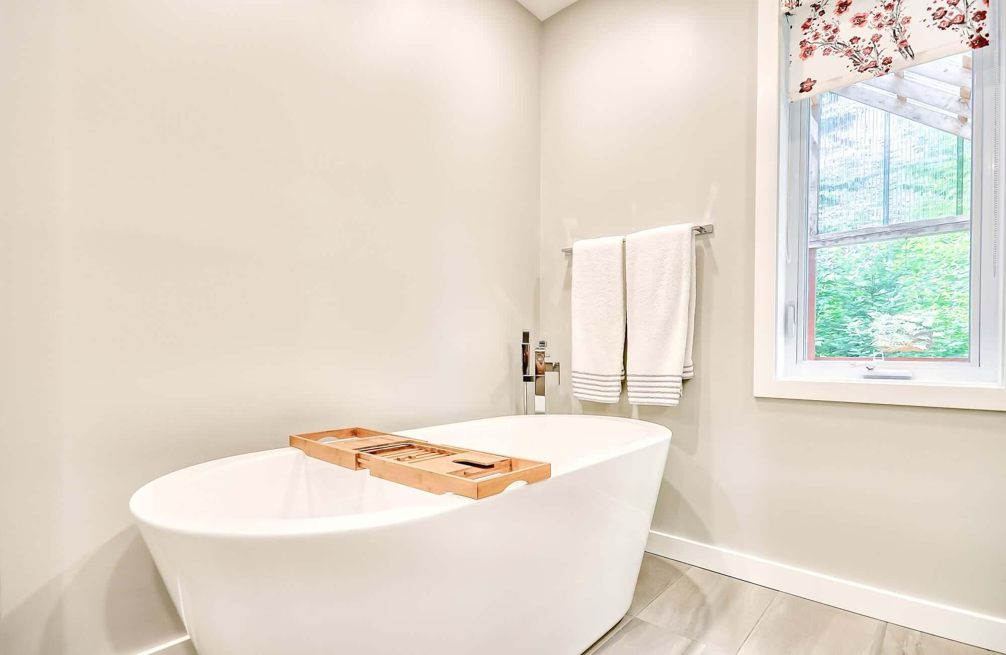 bain autoportant blanc avec murs pâles