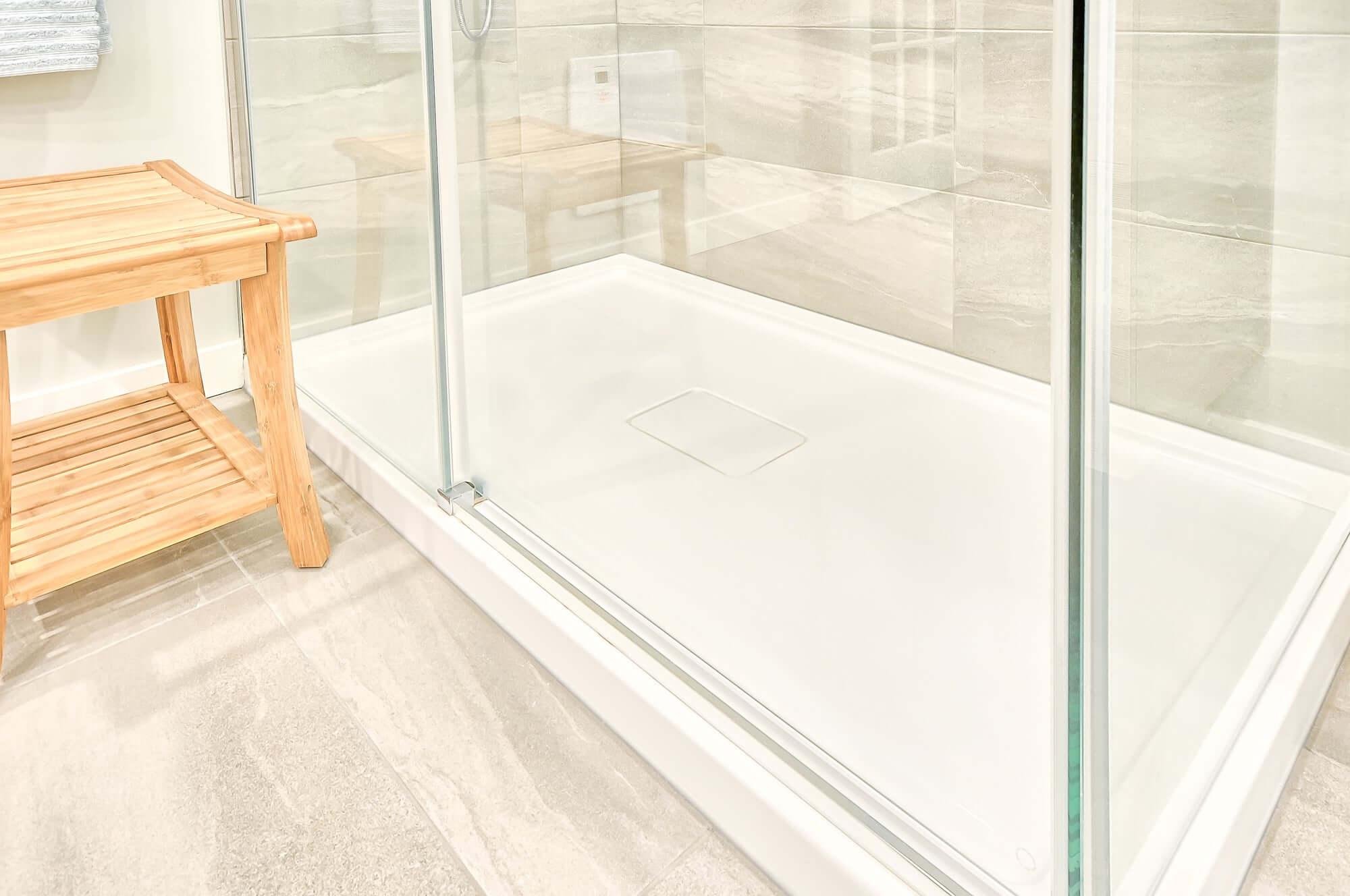 base douche en acrylique avec panneaux en verre