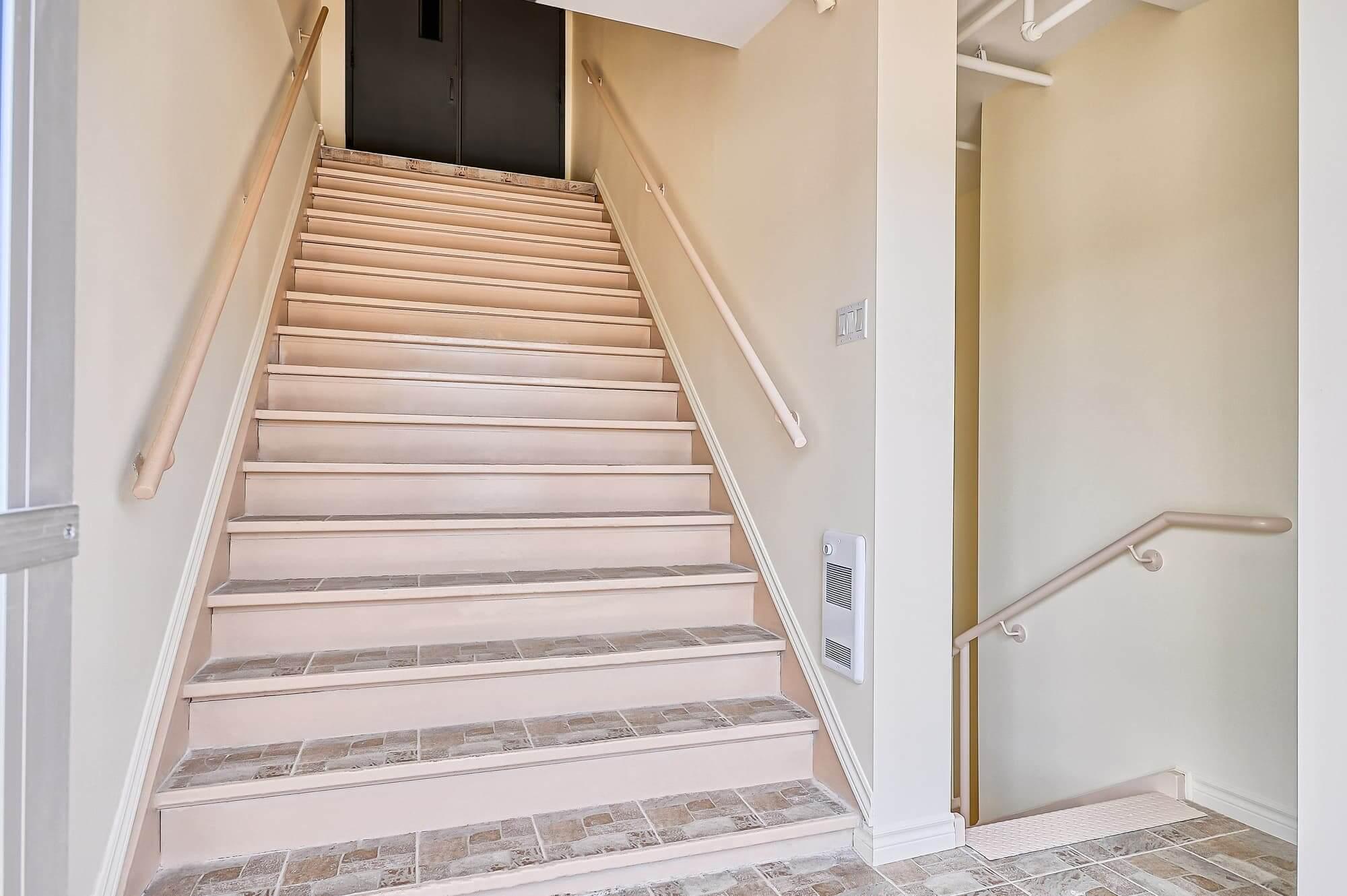 Escalier commercial vue vers le haut avec double portes gris charcoal