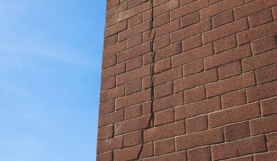 fissure mur brique brune
