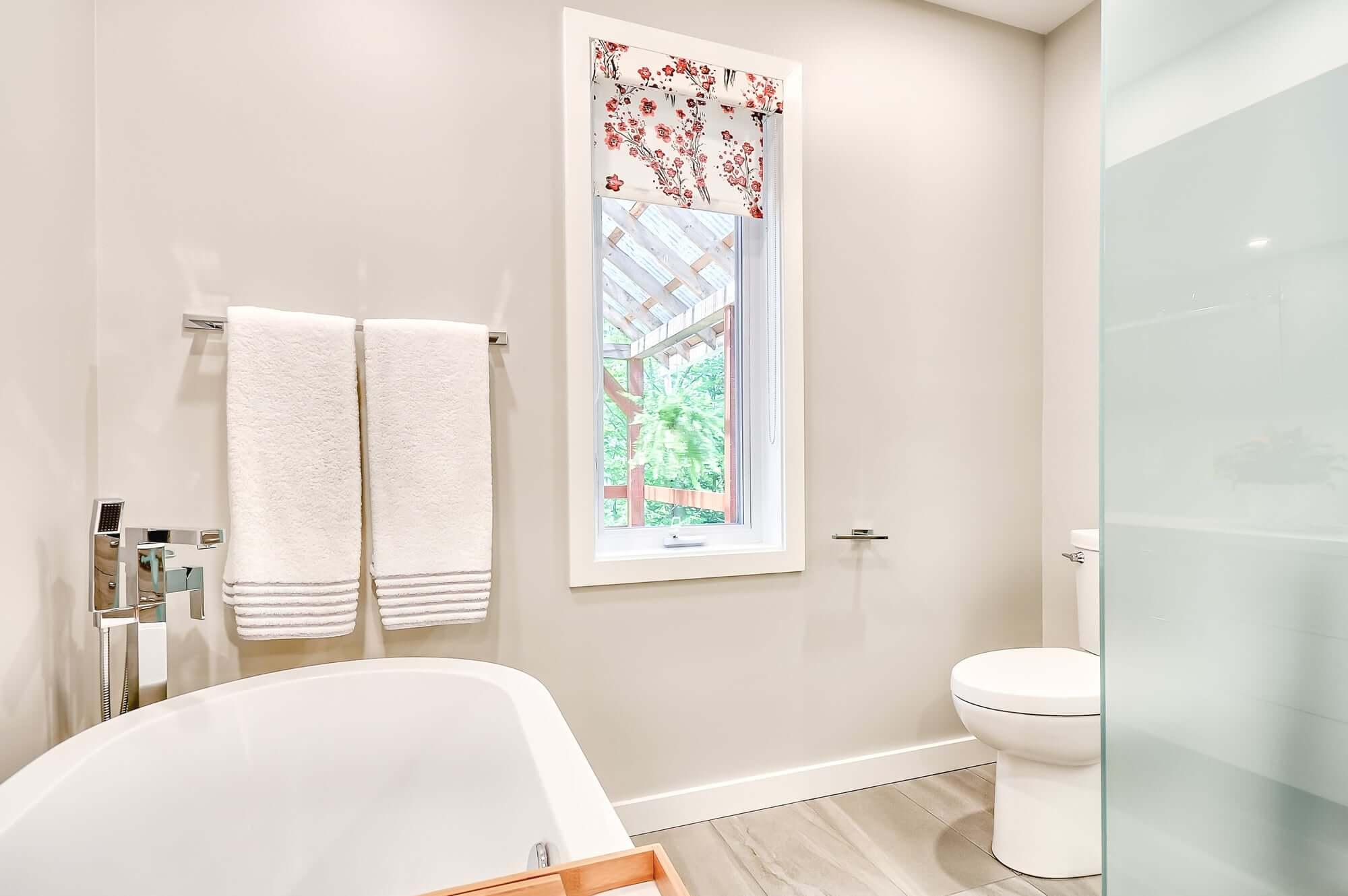 salle de bain contemporaine avec bain autoportant et douche vitrée
