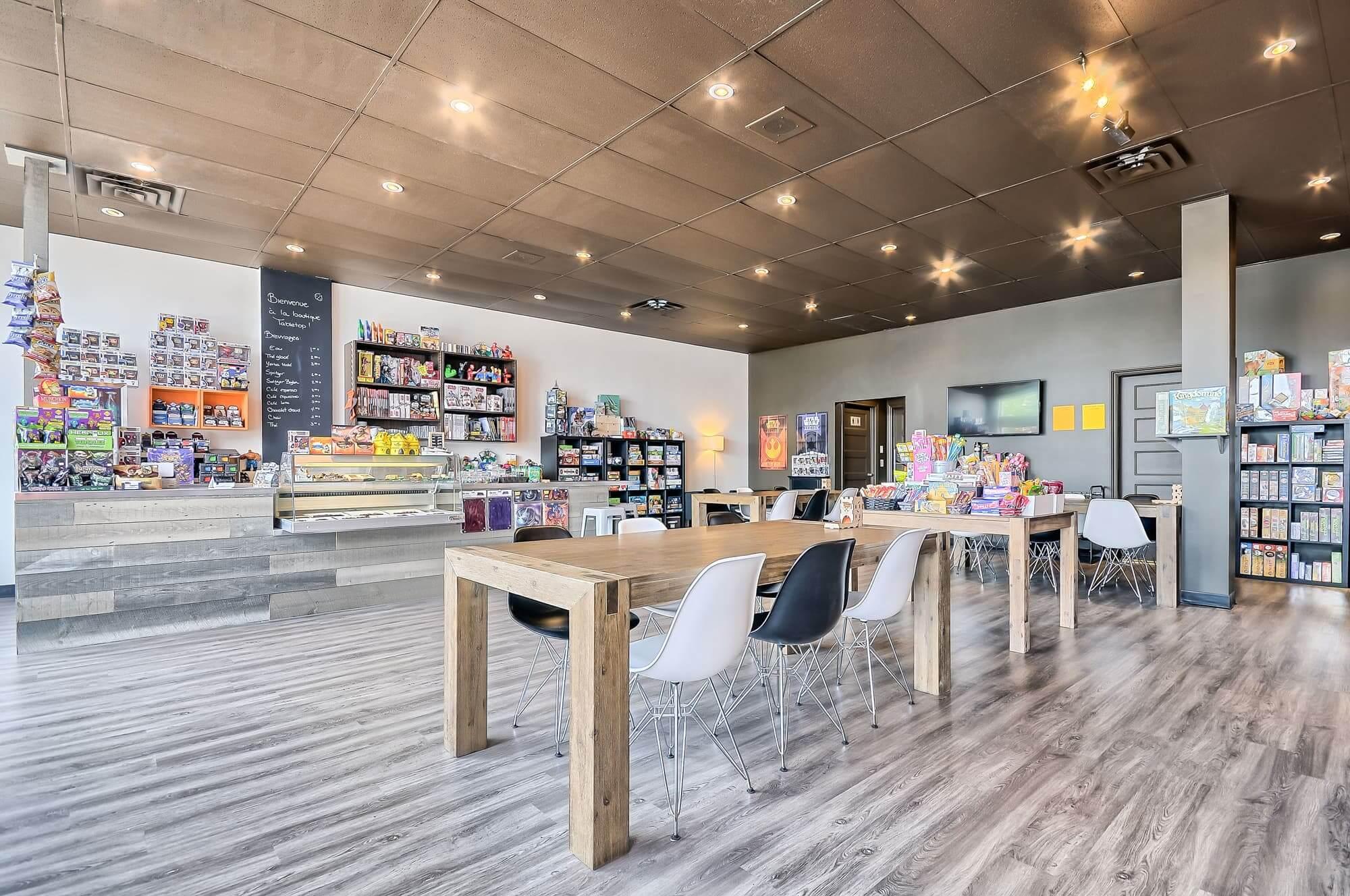 aménagement boutique de jeux de société avec table en bois