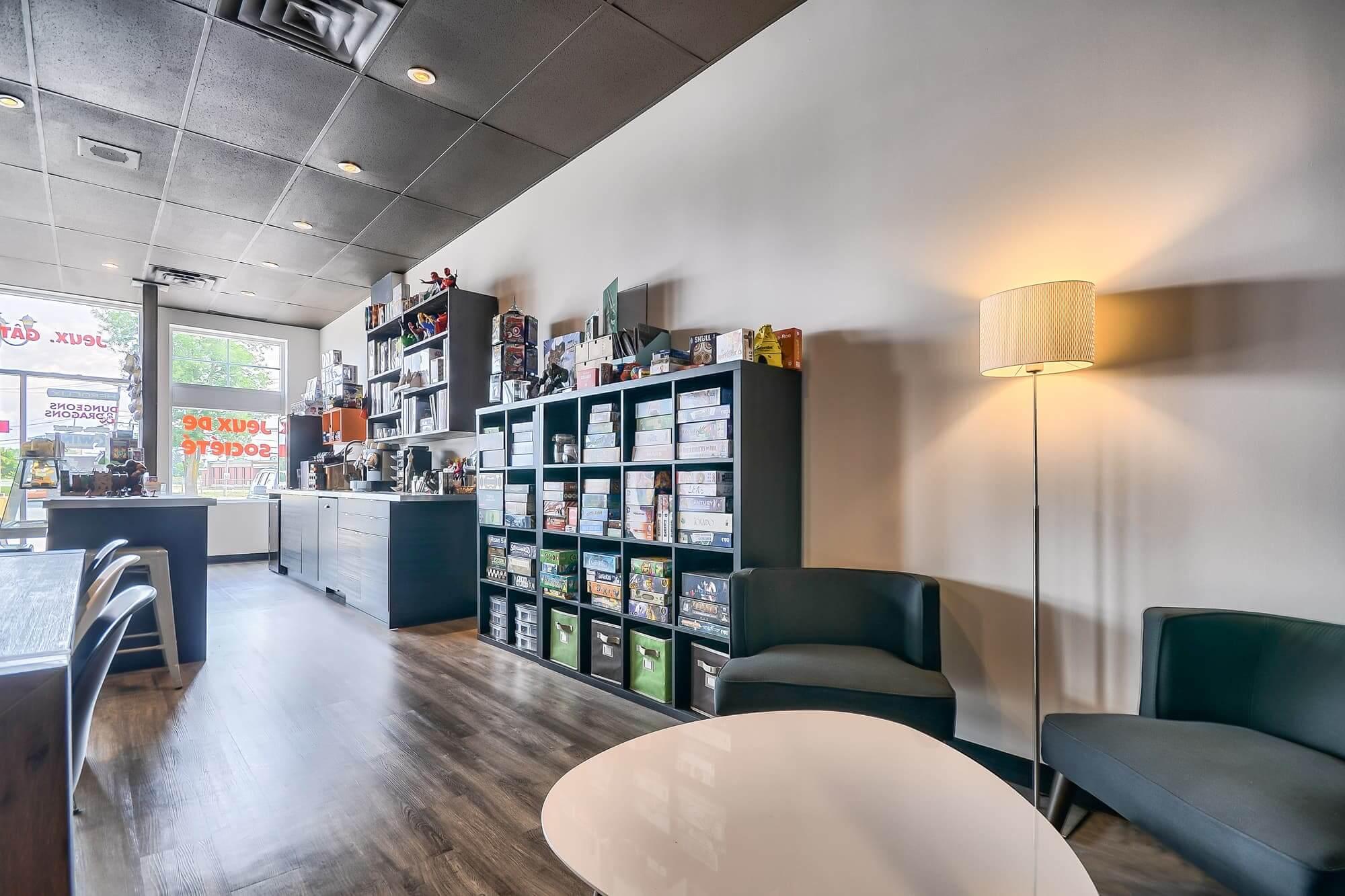 bibliothèque sur mesure dans un salon de jeux de société nouvellement aménagé