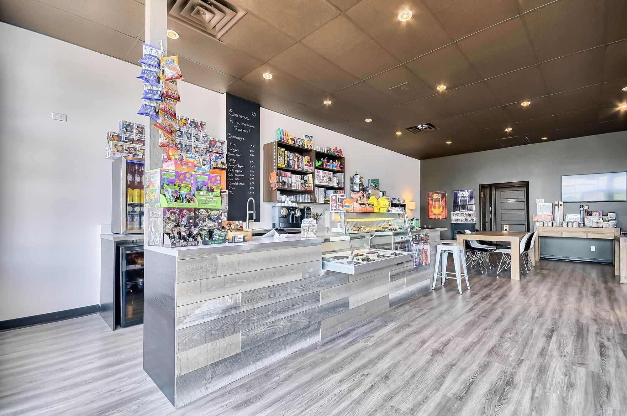 local commercial rénové pour un salon de jeux de société avec comptoir et présentoir