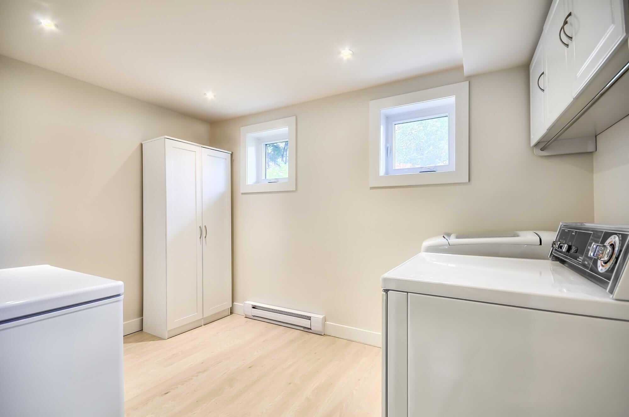 salle de lavage dans un sous-sol nouvellement rénové