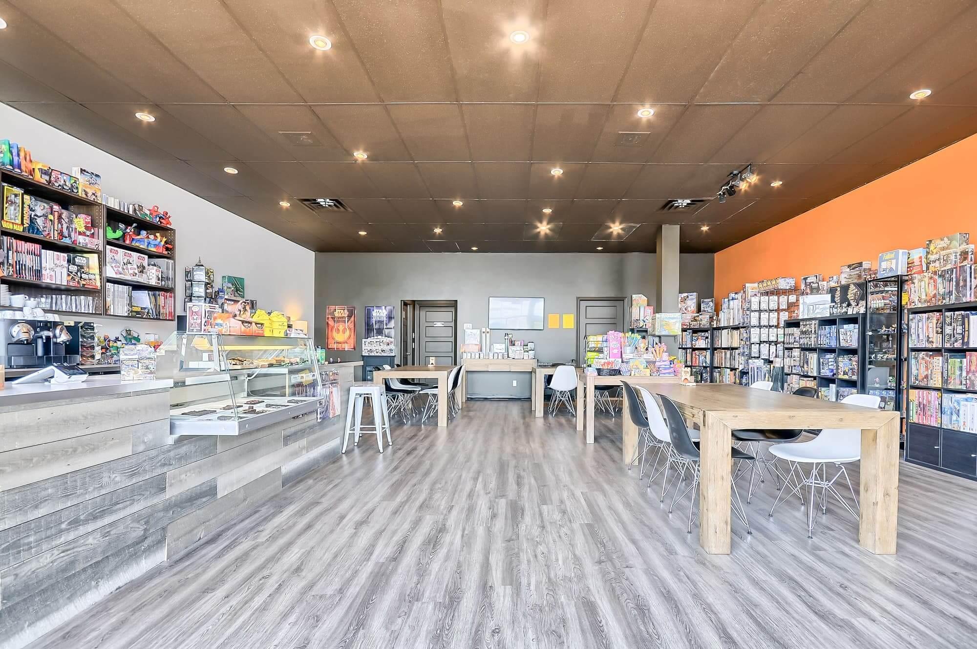salon de jeux nouvellement aménagé avec plancher flottant gris et meubles sur mesure