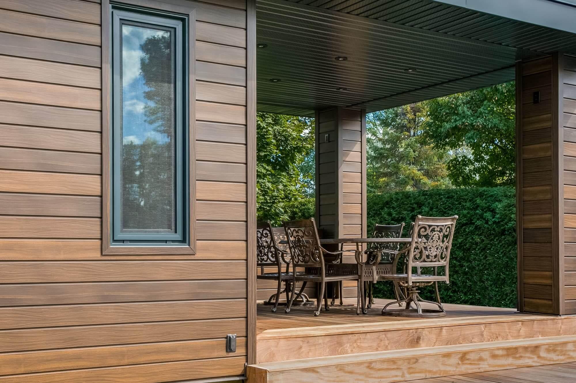 derrière de maison avec nouvelle terrasse en bois et toit