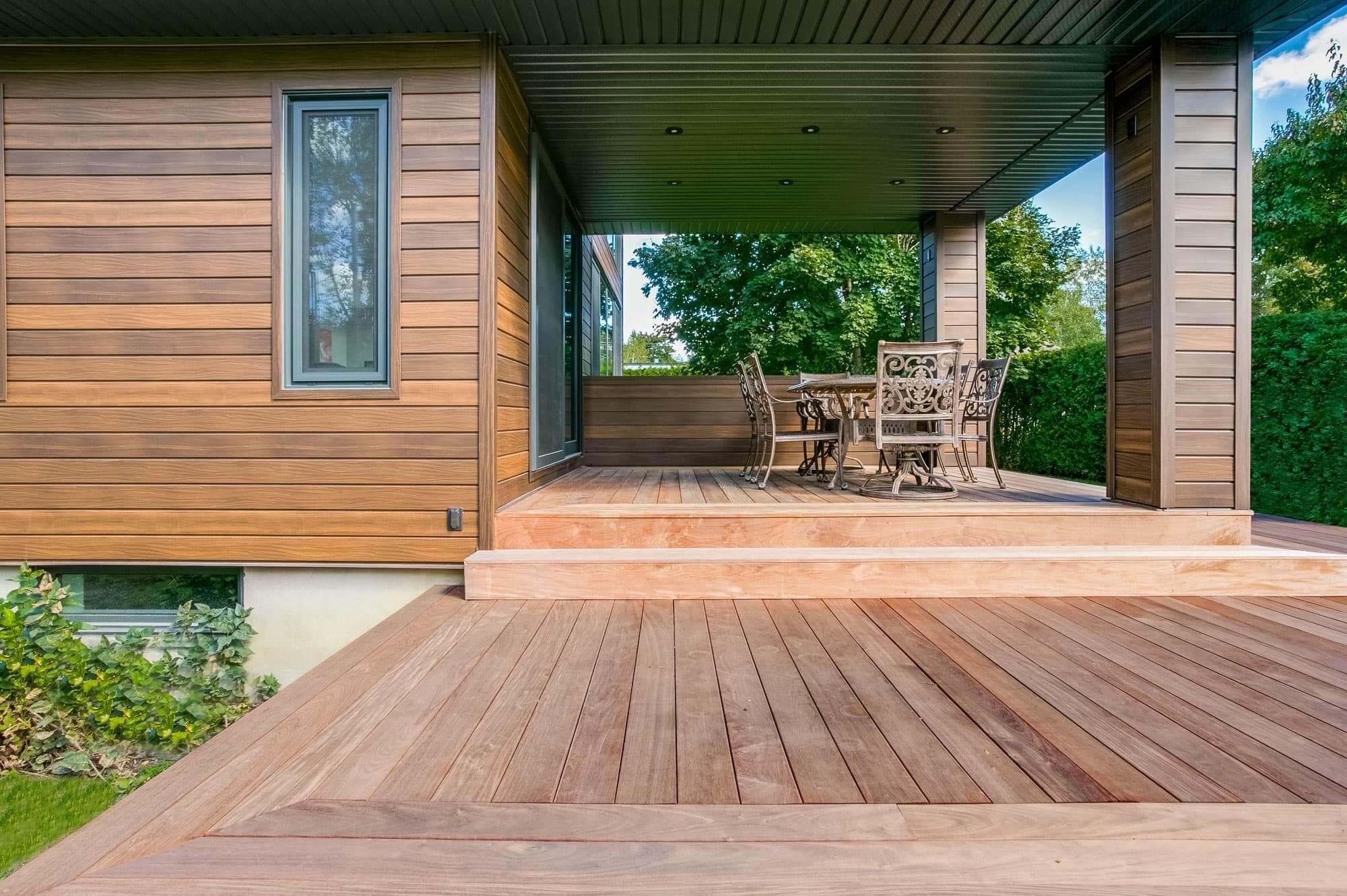 terrasse en bois avec toit nouvellement construite