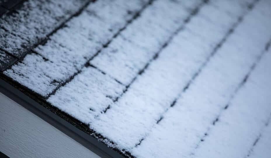 toit de bardeaux en hiver