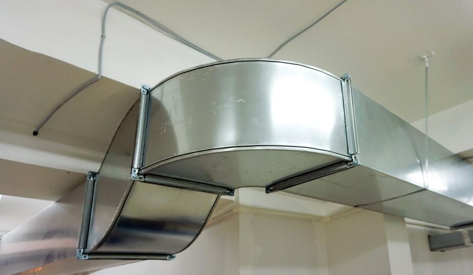 conduits de ventilation en acier galvanisé dans un sous-sol