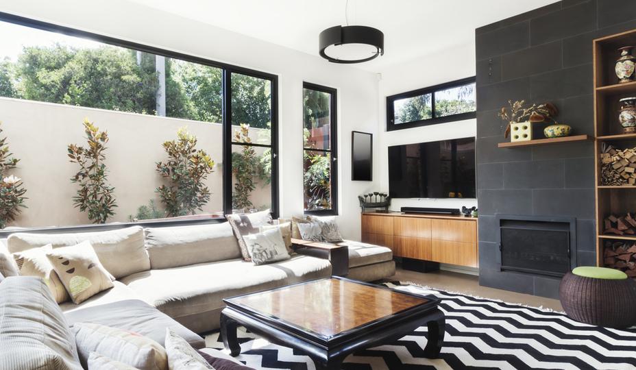 fenêtres en aluminium dans une maison luxueuse moderne