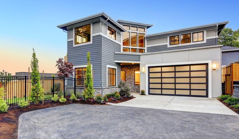 extérieur d'une maison contemporaine avec fenêtres hybrides