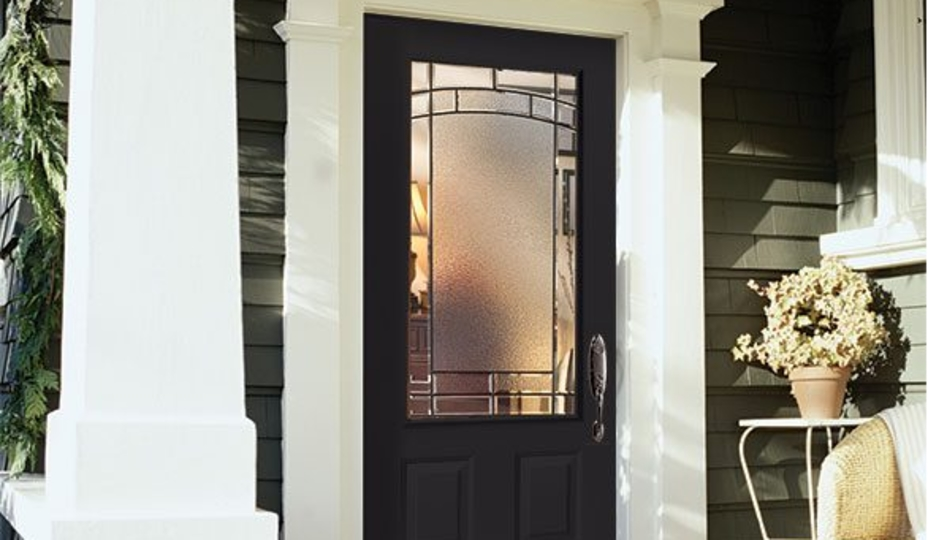 porte d'entrée en acier gris foncé avec cadrage en bois blanc