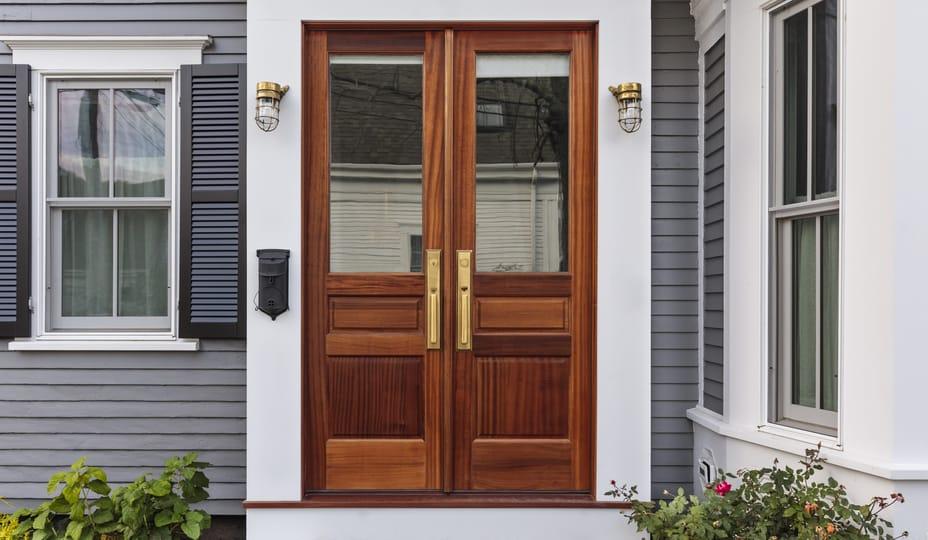 porte d'entrée double en bois avec vitres