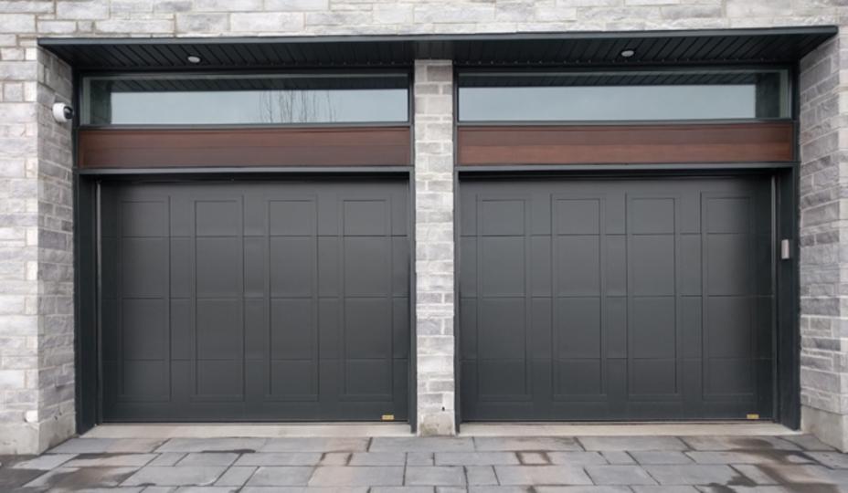 deux portes de garage en acier brune chocolat avec fenêtre rectangle au-dessus de chacune