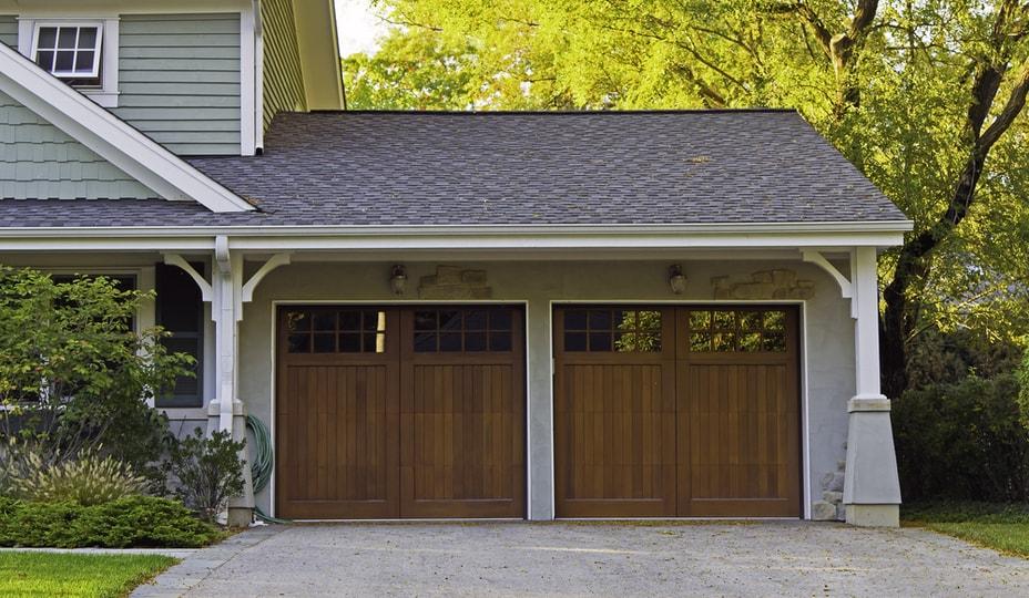 2 portes de garage battantes en bois
