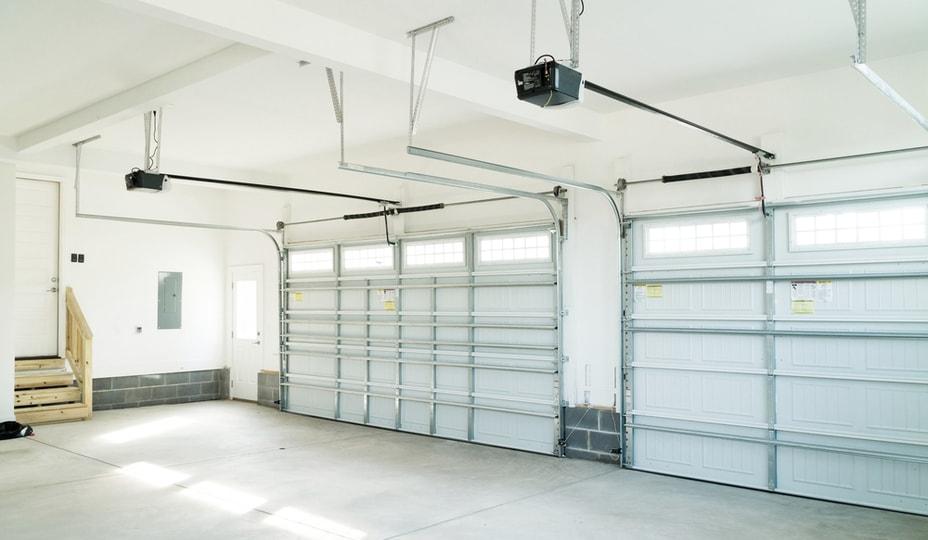 2 portes de garage sectionnelles blanches - vue intérieur d'un garage