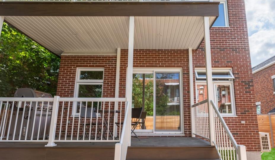 porte patio en pvc blanche - duplex en brique rouge