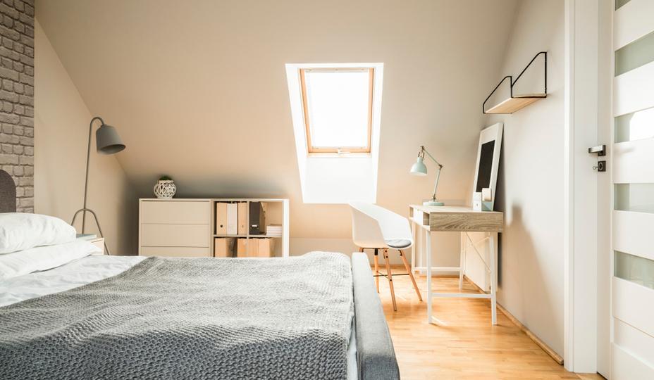 aménagement de grenier en chambre dans les tons de beige avec plancher en bois franc