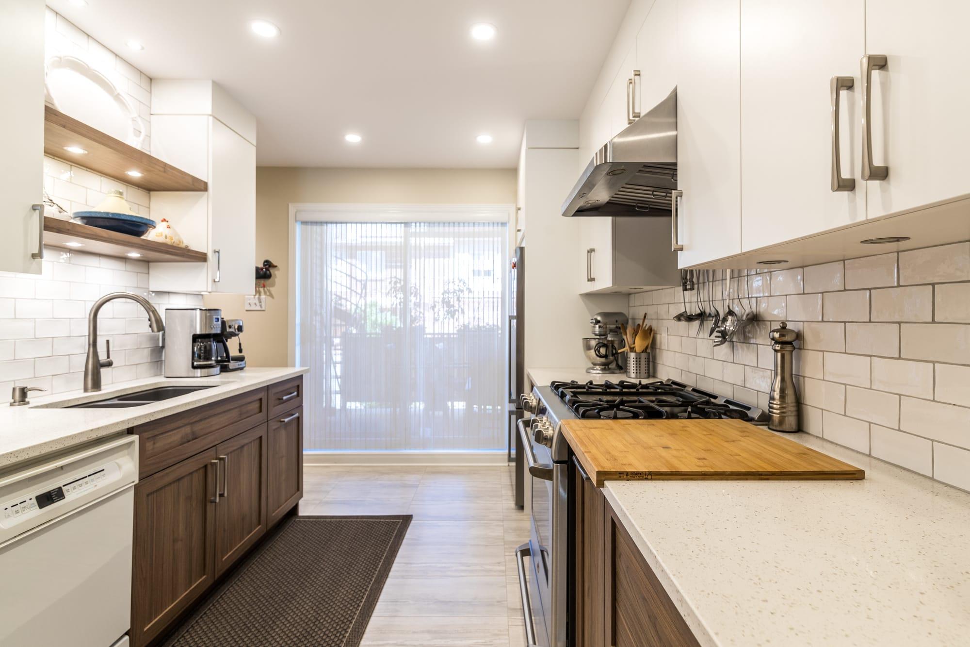 armoire cuisine deux tons avec dosseret en céramique et comptoir en quartz