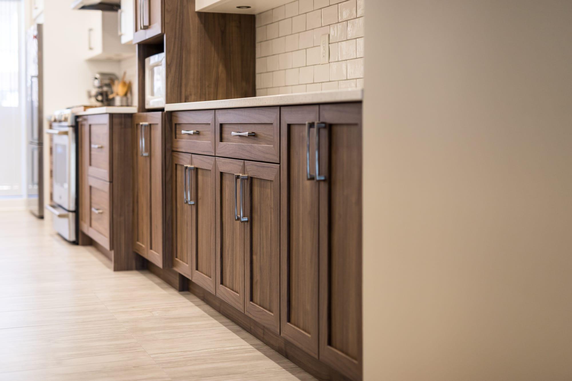 armoires brunes en plyester imitant le bois