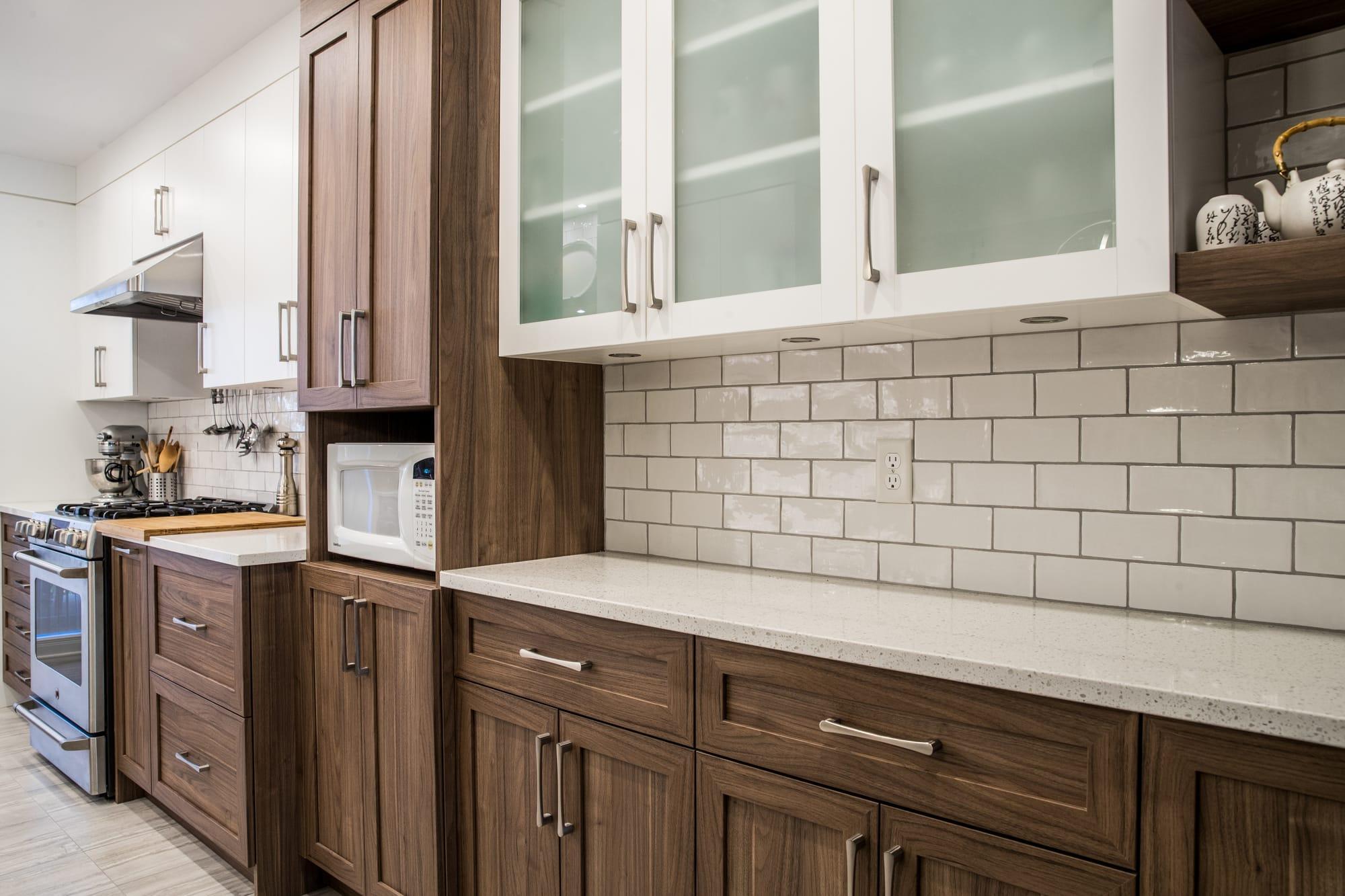 armoires crème vitrées combinées à des armoires en polyester brun