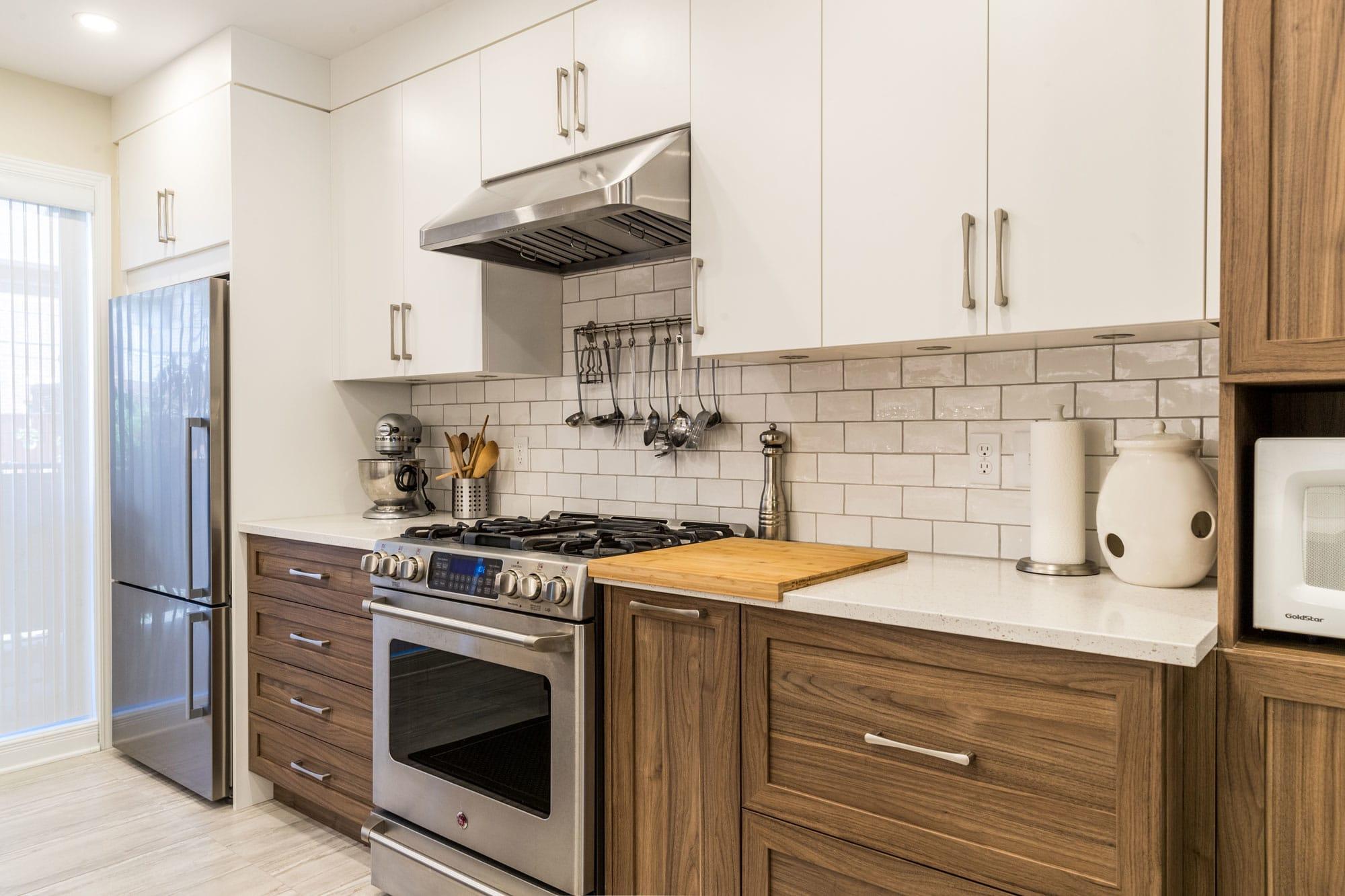 cuisine 2 couleurs (brune et beige) avec comptoir en quartz et cuisinière en stainless