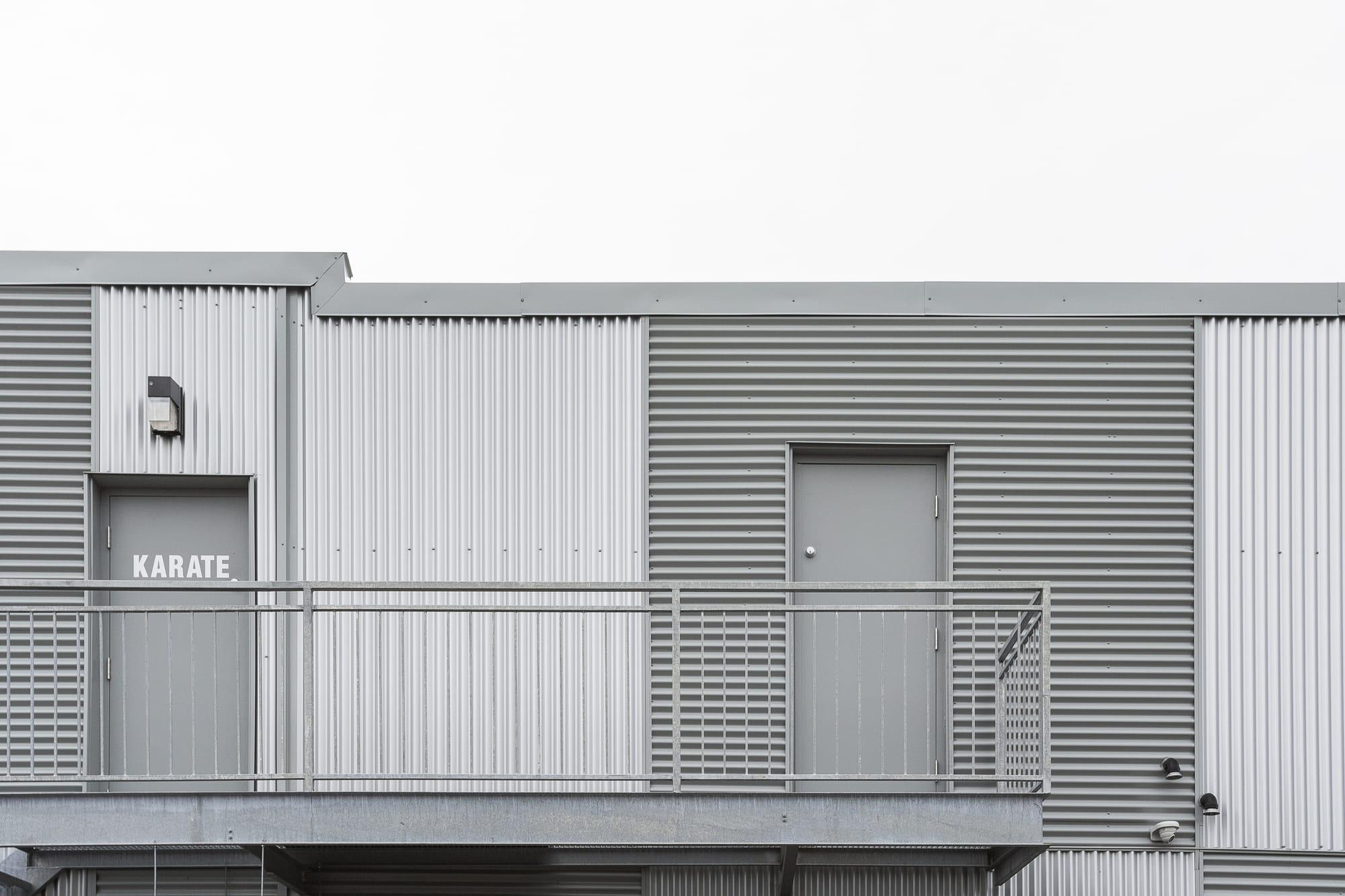 portes d'acier avec balcon - arrière bâtisse commerciale