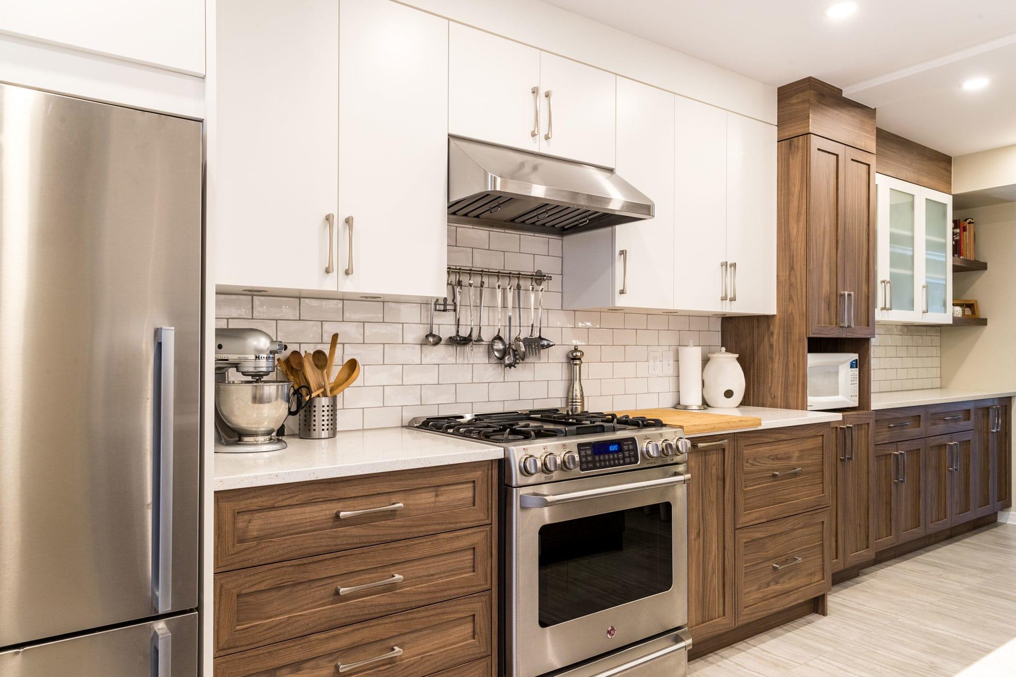 rénovation cuisine deux tons avec cuisinière au gaz et réfrigérateur en stainless