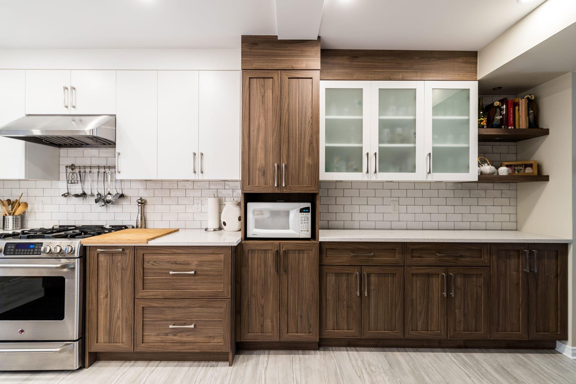 rénovation cuisine classique deux tons avec comptoir en quartz et cuisinière au gaz