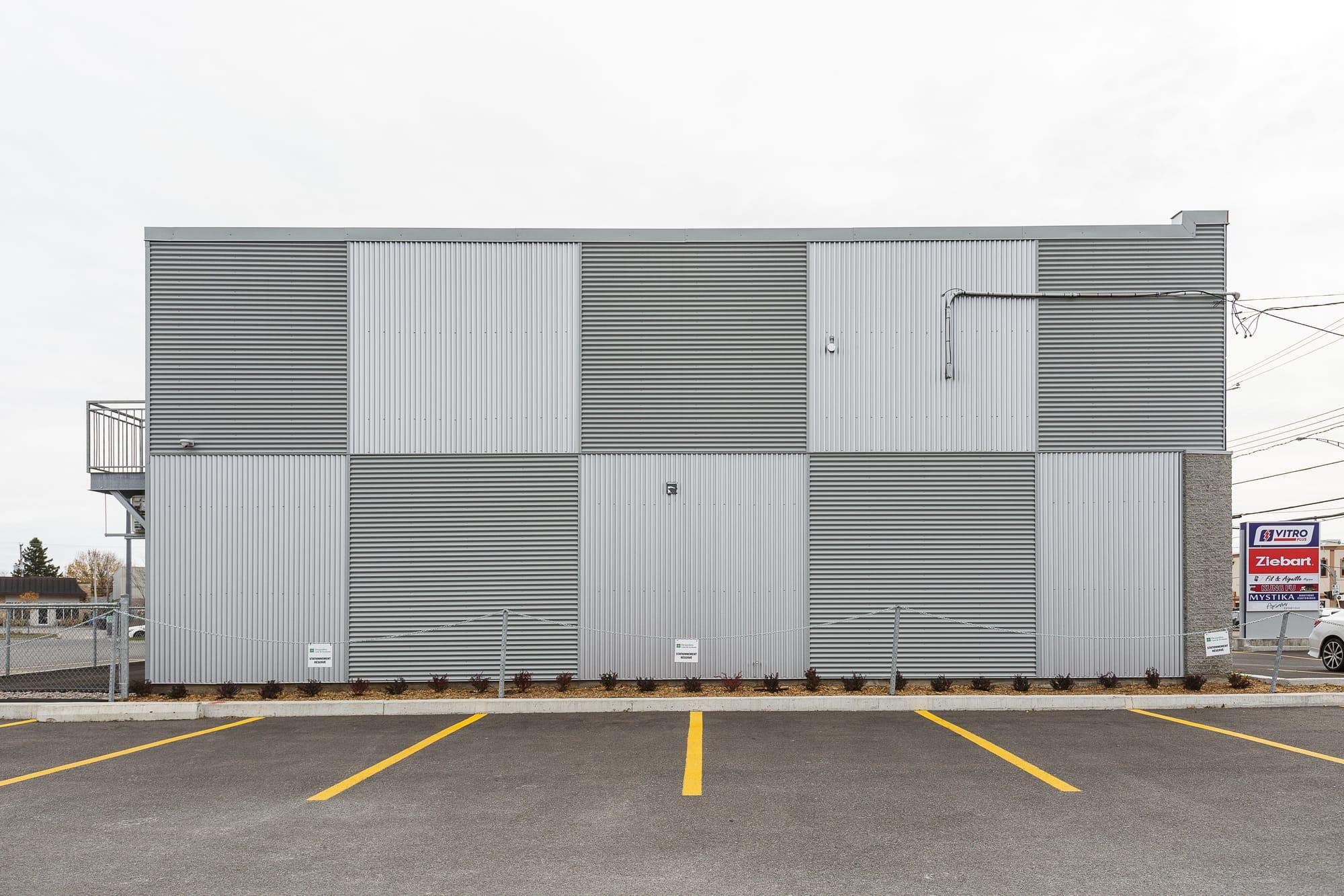 revêtement métallique gris - vue arrière immeuble commercial